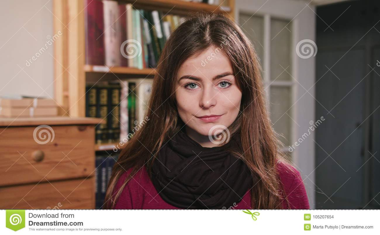 Ritratto di bella donna castana caucasica