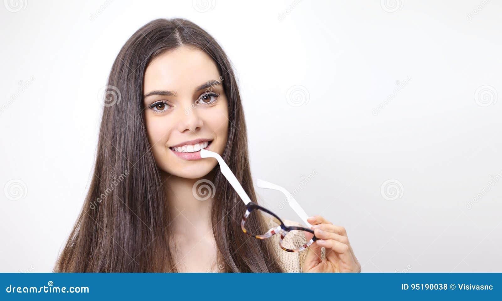 Ritratto di bella donna sorridente con l isolante degli occhiali a disposizione