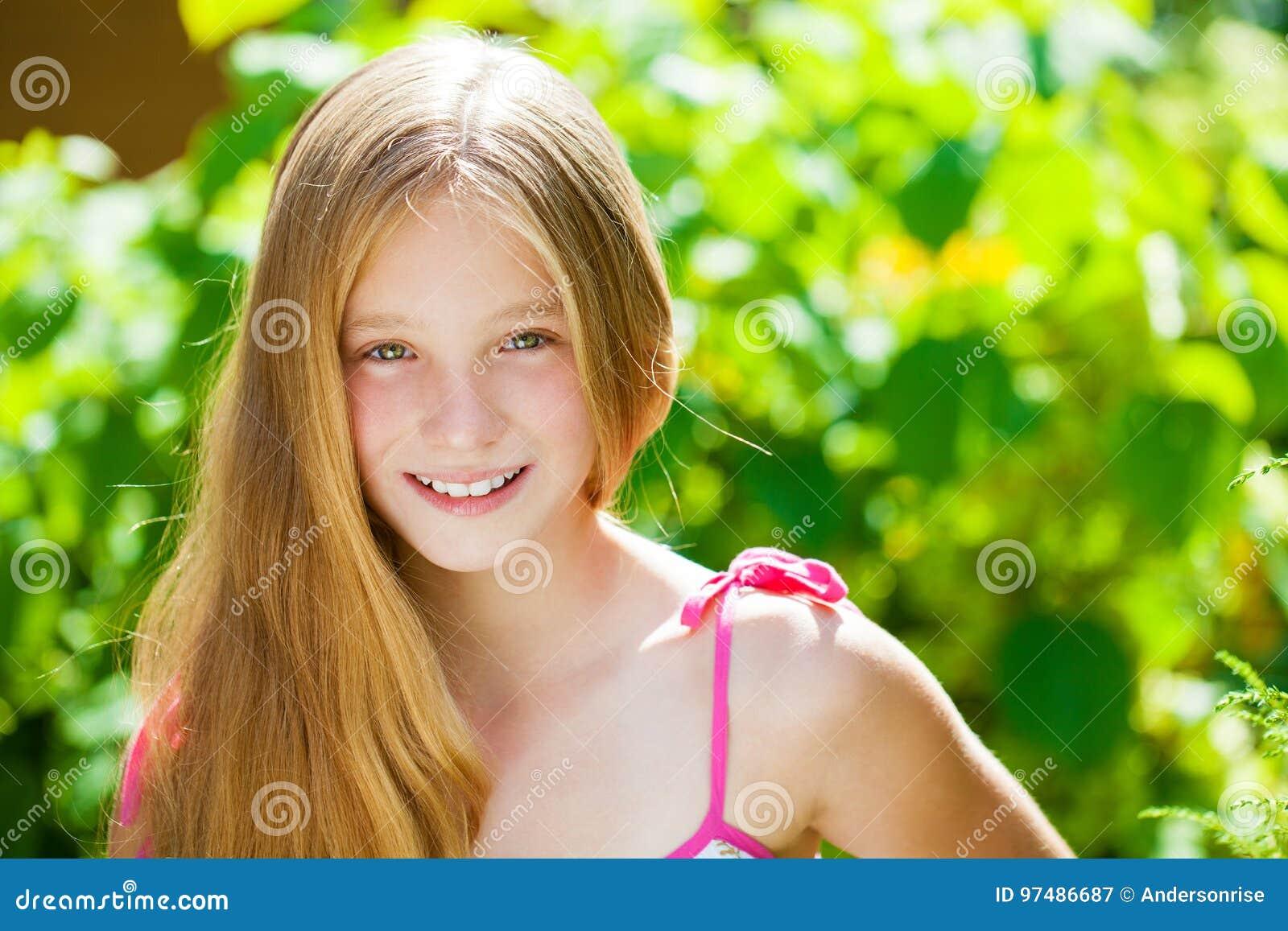 Ritratto di bella giovane bambina bionda