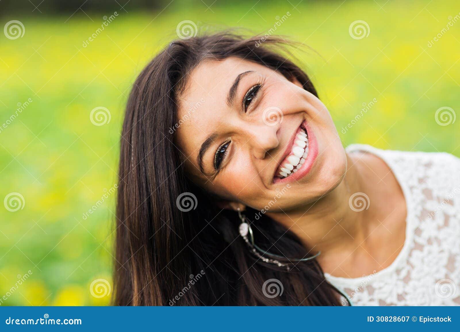 Ritratto di bella giovane donna castana