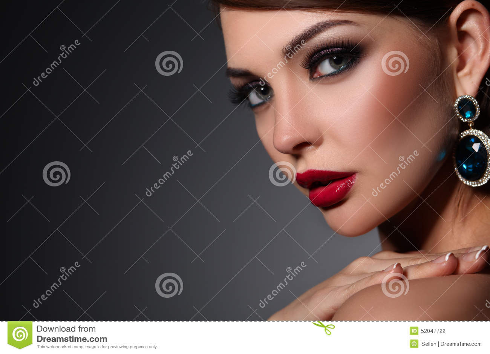 Ritratto di bella giovane donna castana in orecchio