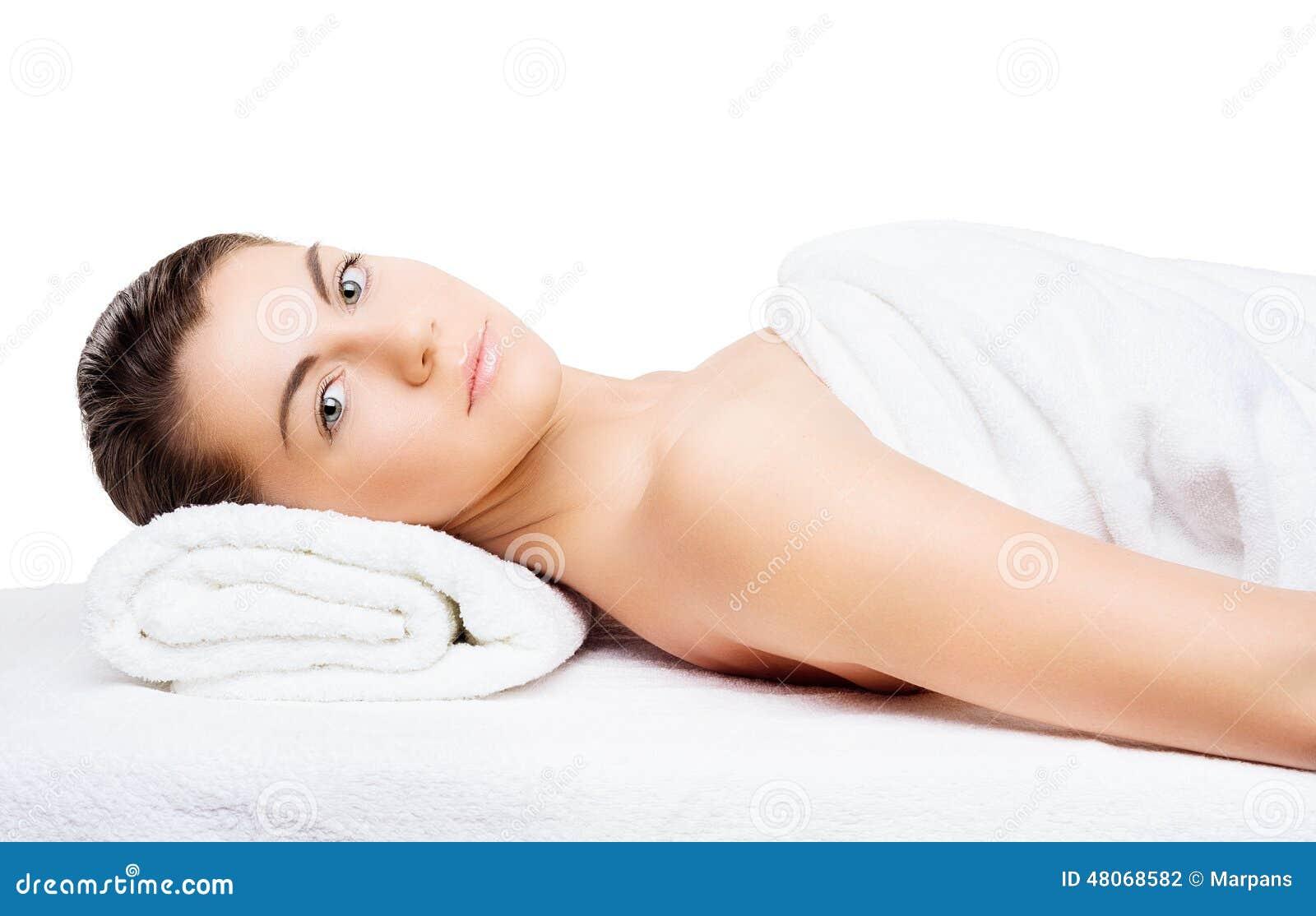 Ritratto di bella giovane donna con pelle sana, passo naturale