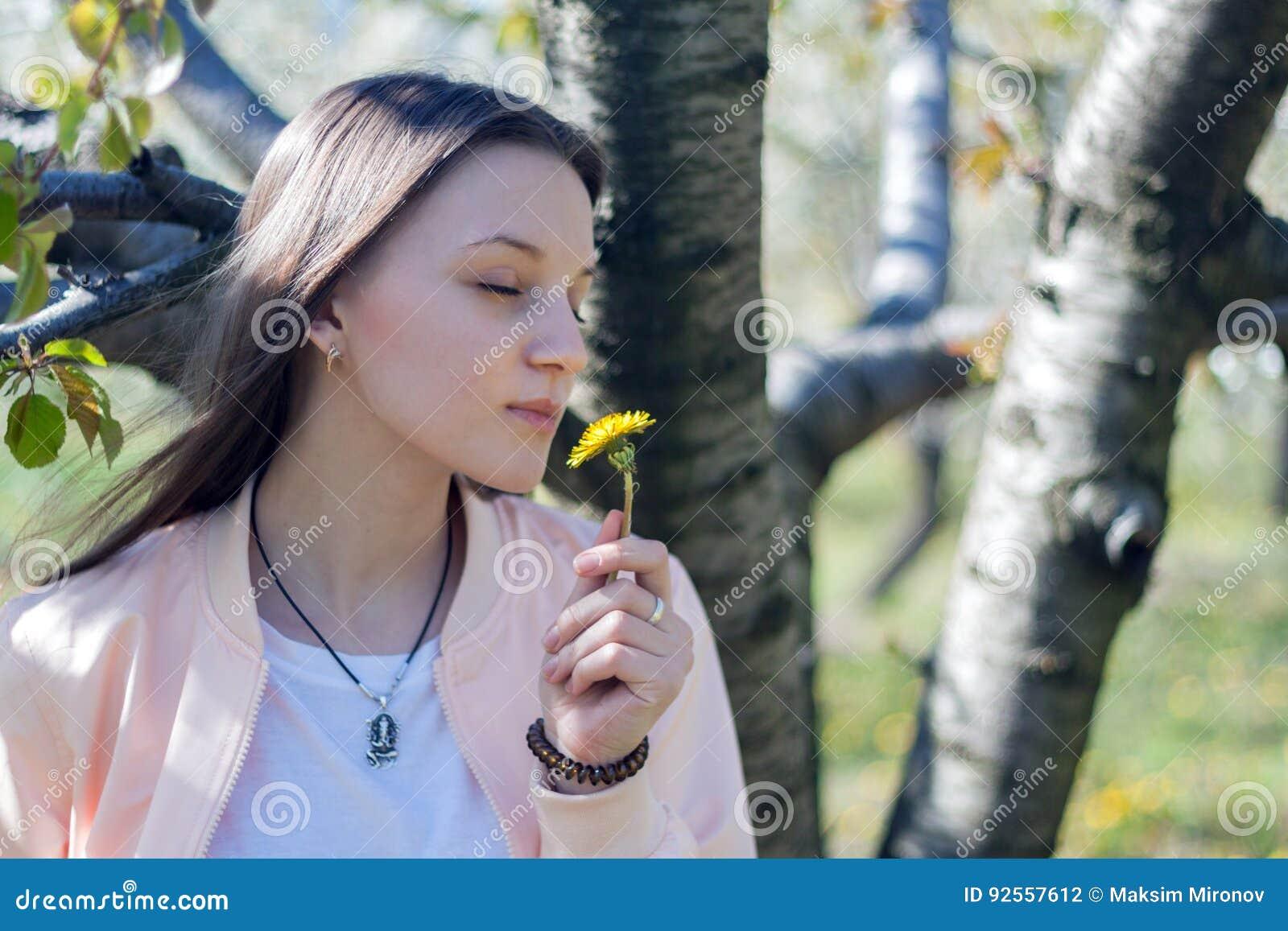 Ritratto di bella giovane donna nel parco di fioritura di melo un giorno soleggiato Ragazza felice sorridente della ragazza Conce