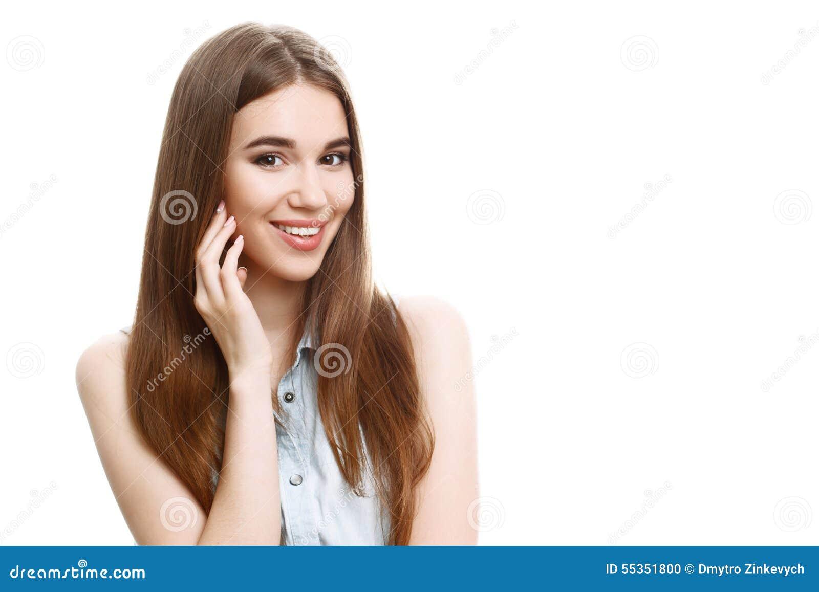 Ritratto di bella posa emozionale della ragazza
