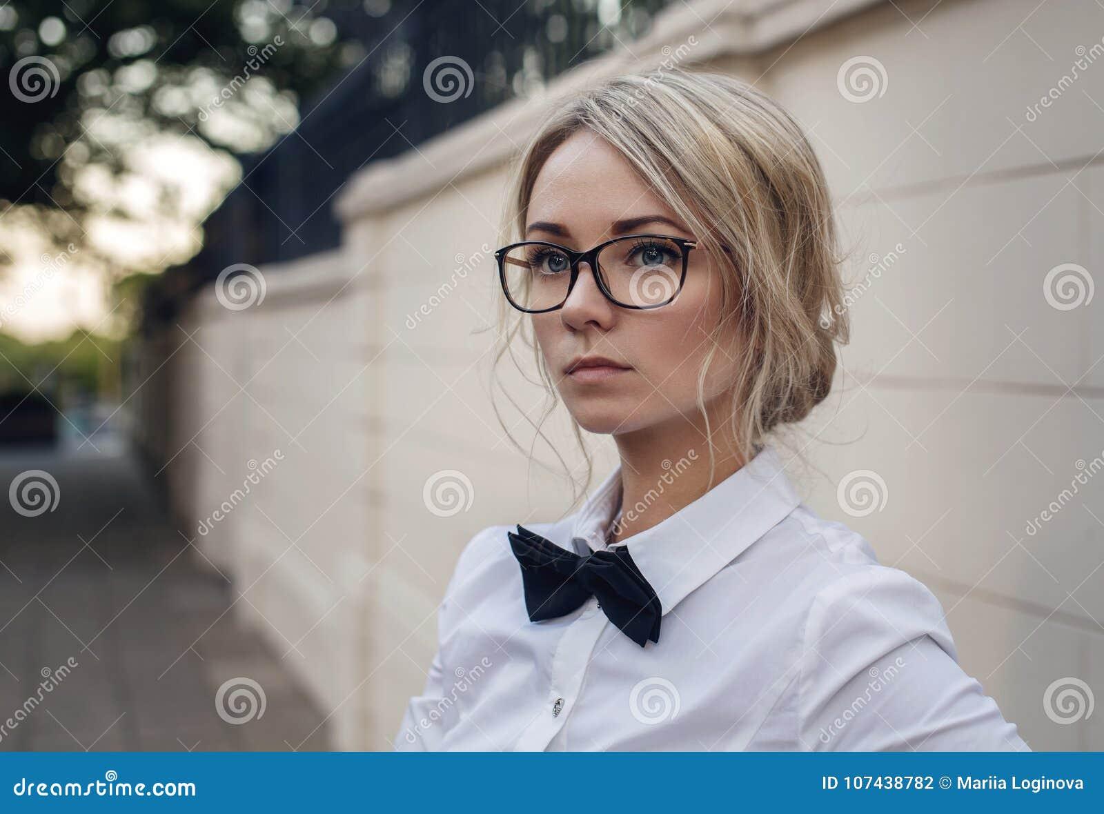 Ritratto di bella ragazza bionda in vetri