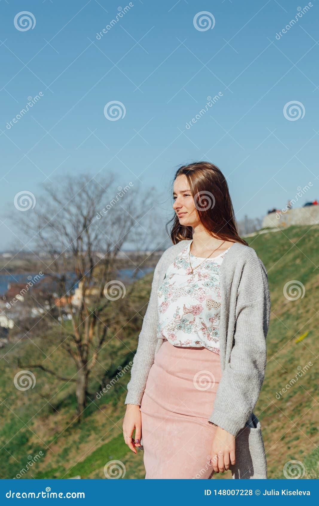 Ritratto di bella ragazza con i capelli di volo nel vento
