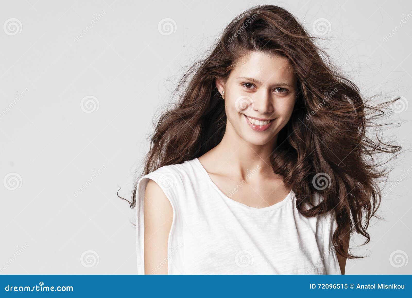 Ritratto di bella ragazza del brunette