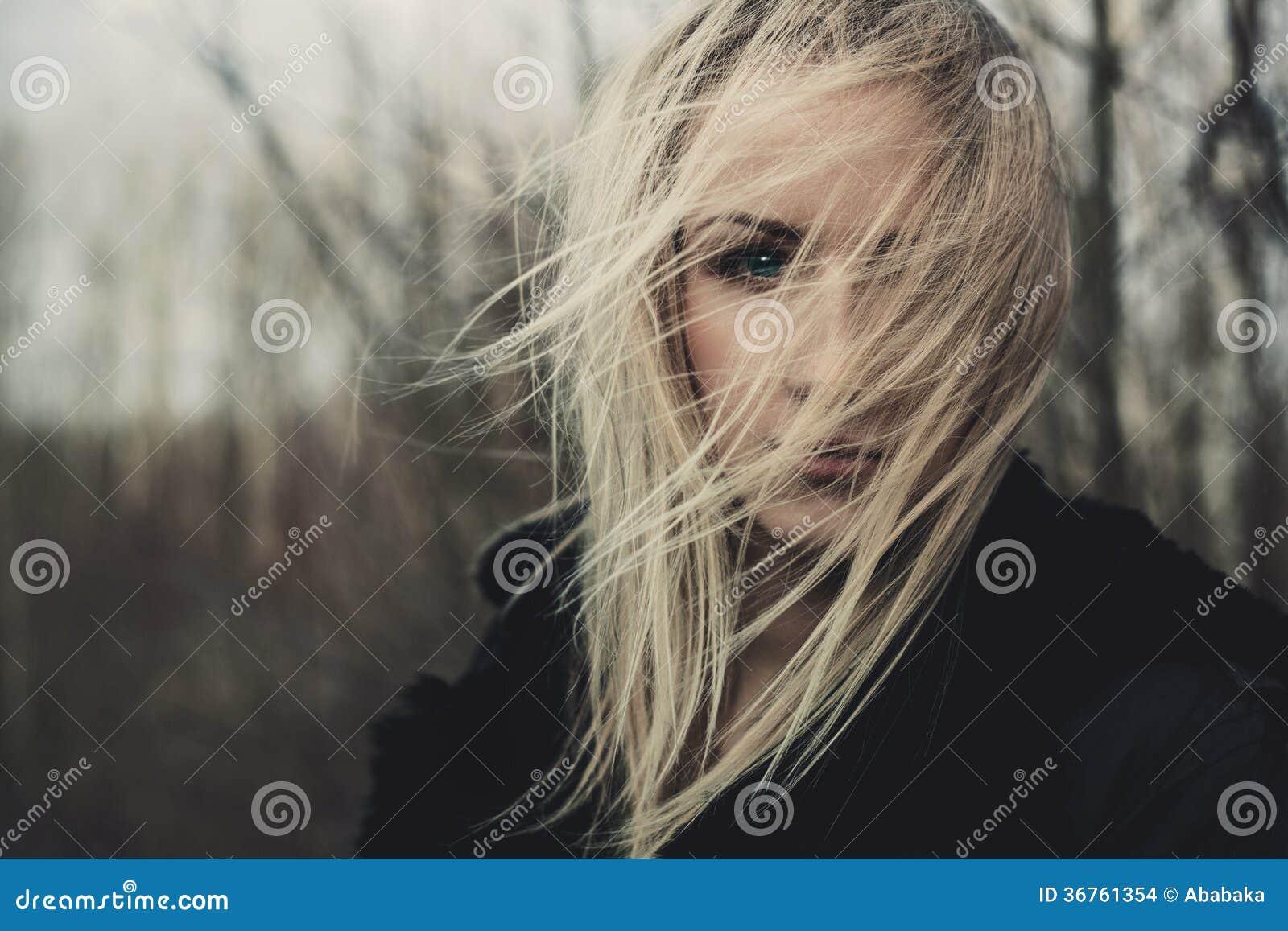 Ritratto di bella ragazza il giorno ventoso