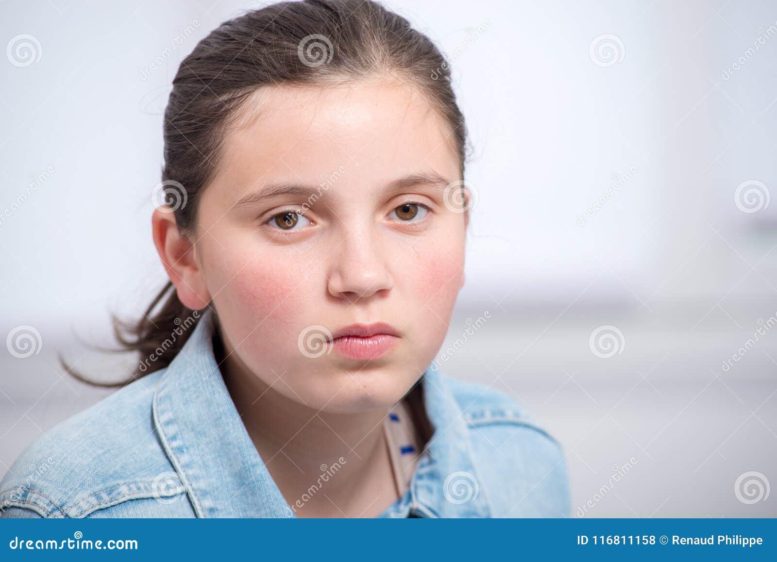 Ritratto di bella ragazza triste dell adolescente