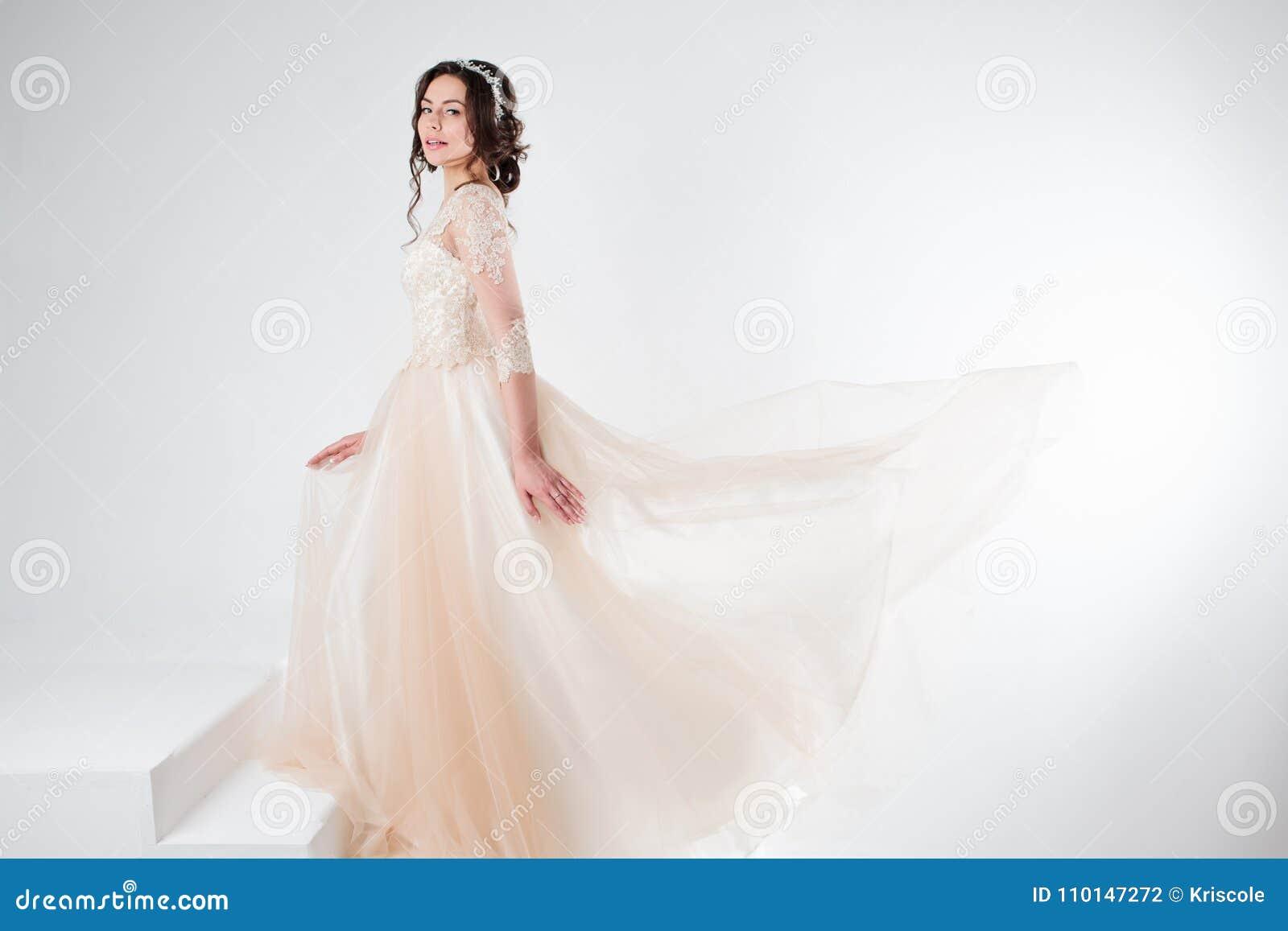 Ritratto di bella ragazza in un vestito da sposa La sposa in un vestito lussuoso che sta sulle scale, scala