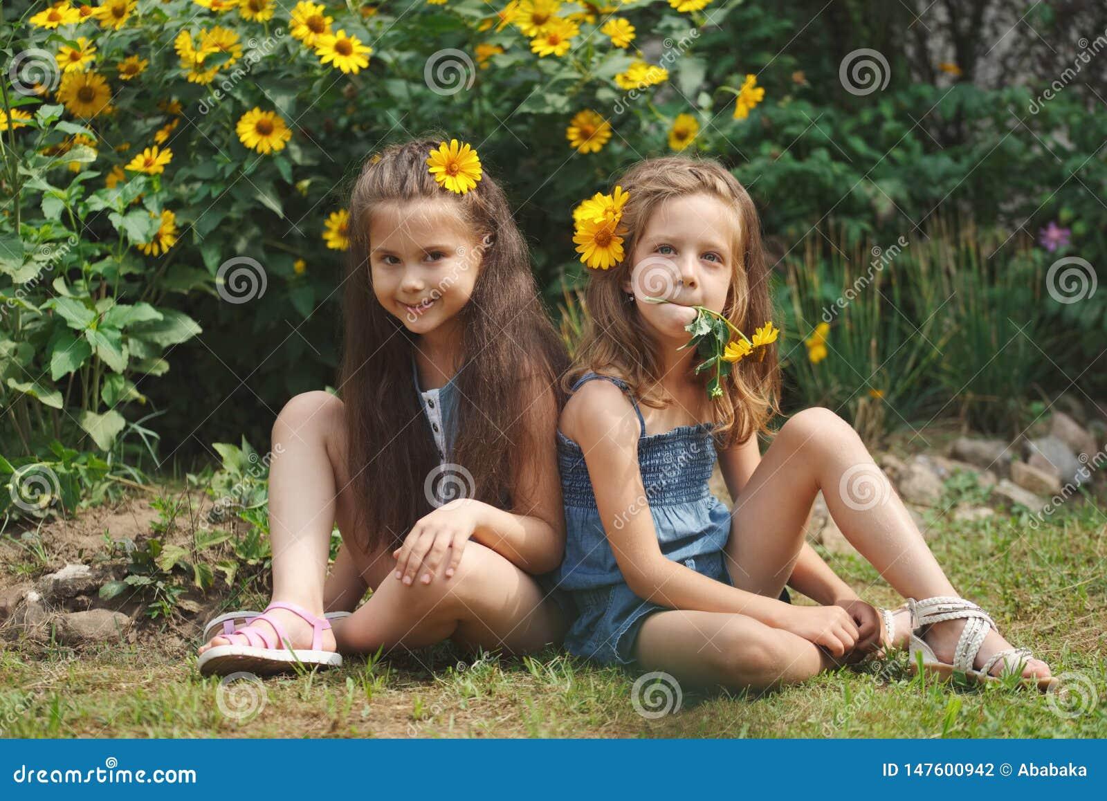 Ritratto di belle ragazze felici in aiola