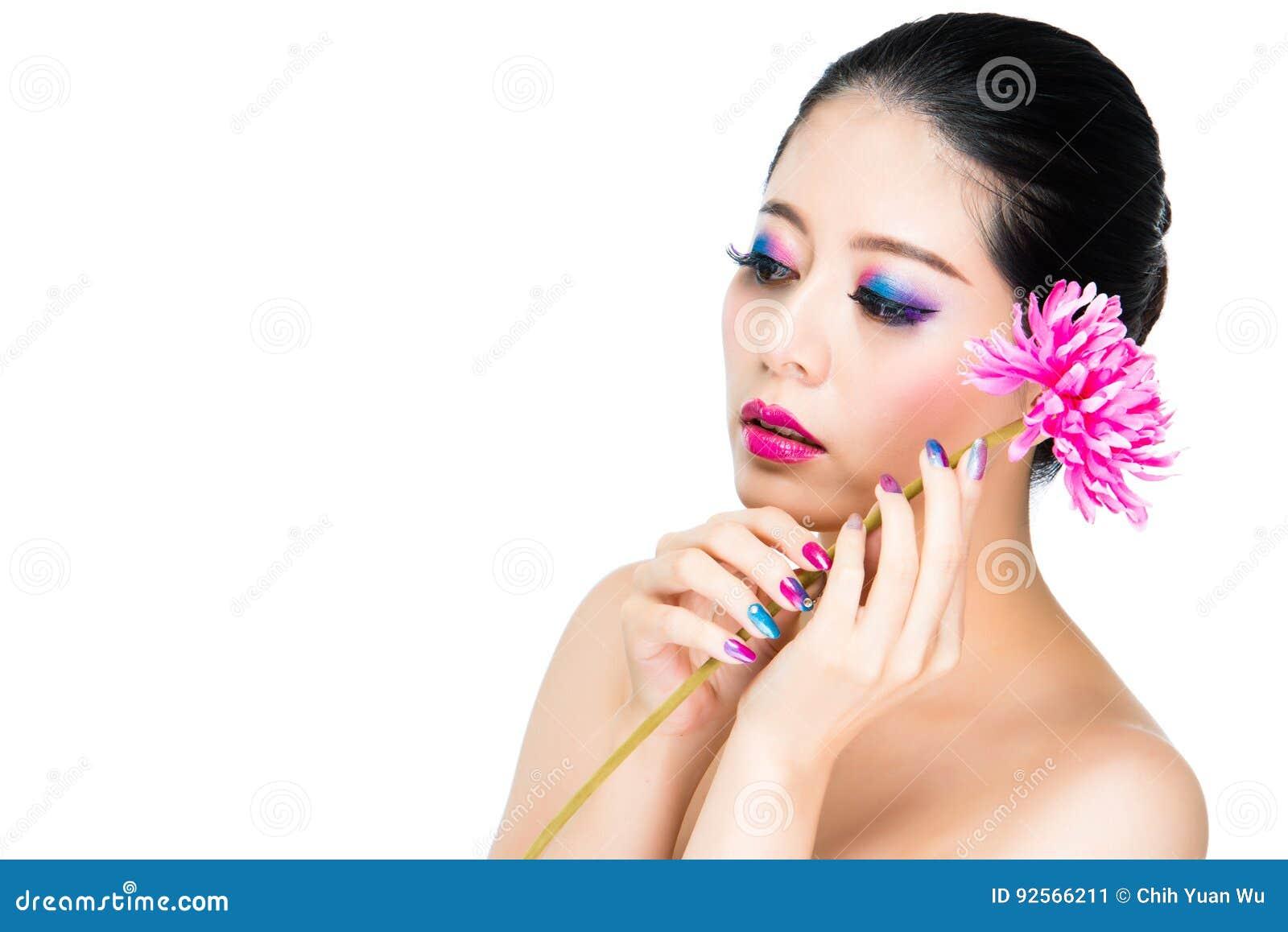 Ritratto di bellezza asiatica malinconica del chiodo