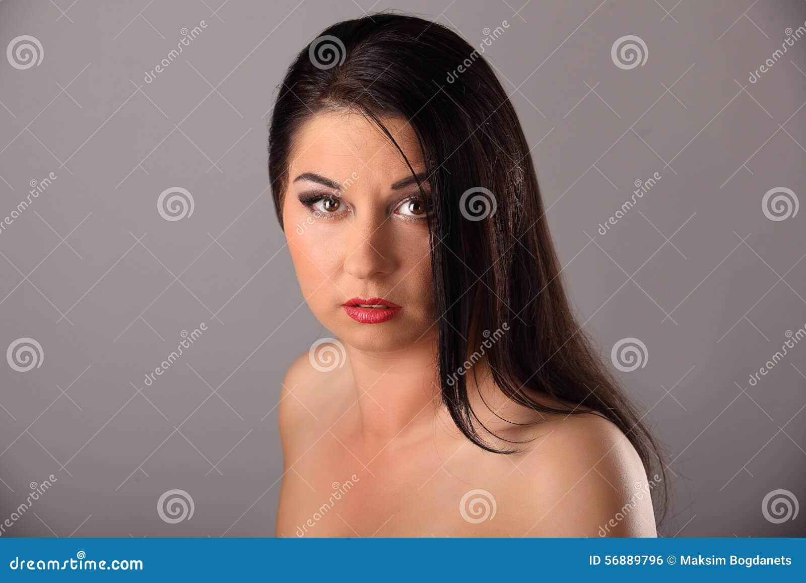 Ritratto di bellezza con bei capelli lunghi marroni luminosi isolati