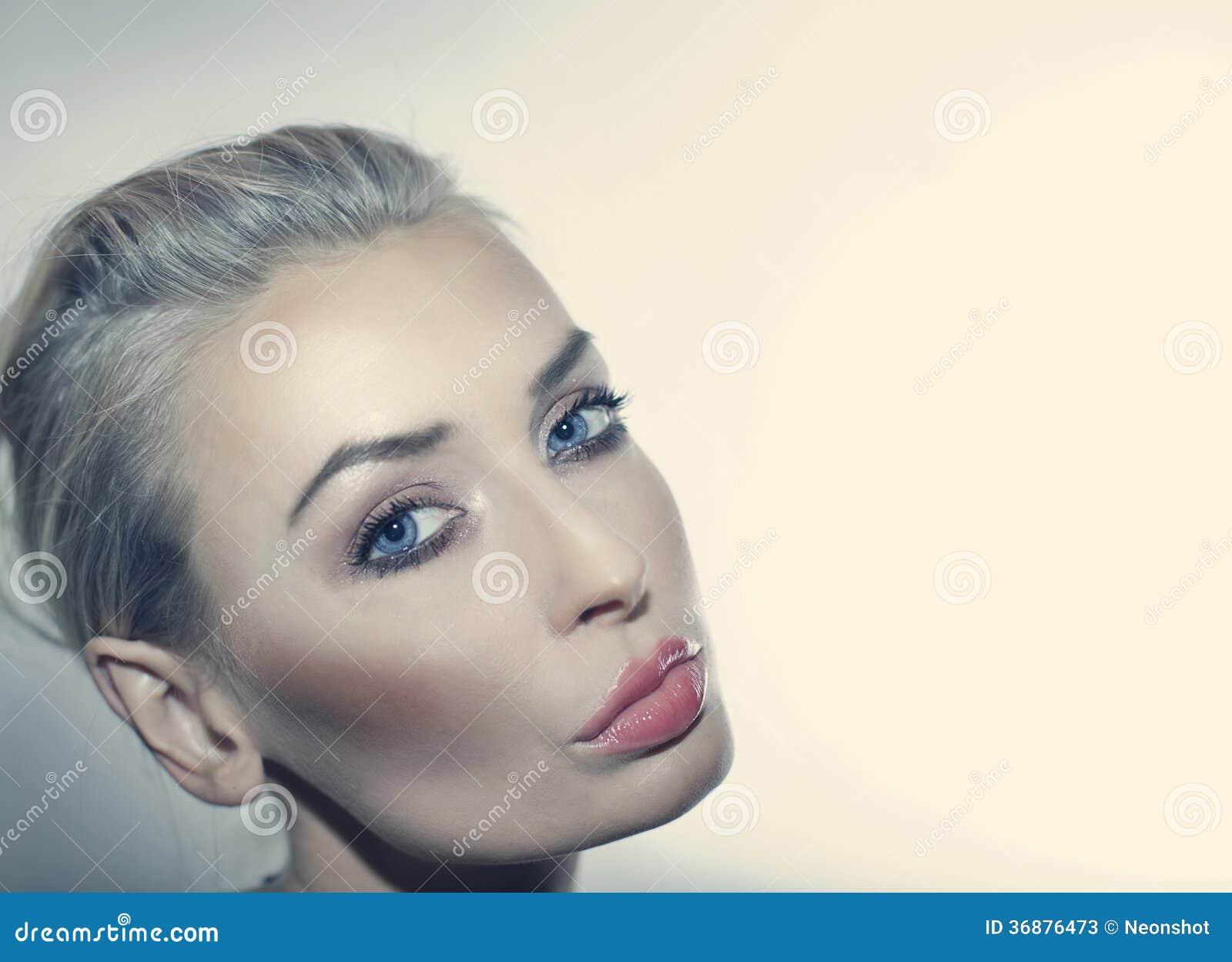 Download Ritratto Di Bellezza Della Donna Attraente. Immagine Stock - Immagine di modo, caucasico: 36876473