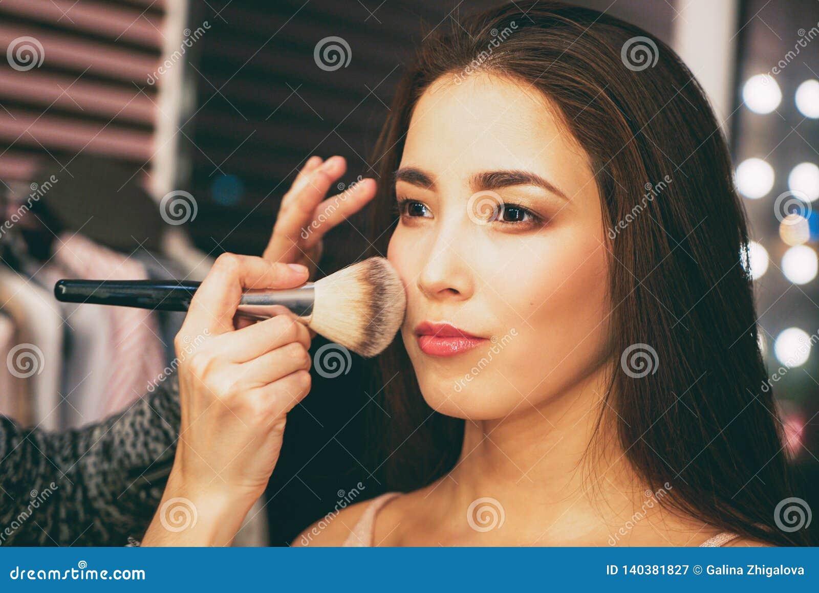 Ritratto di bellezza della giovane donna asiatica sensuale sorridente con pelle fresca pulita Dietro le quinte con la sfilata di