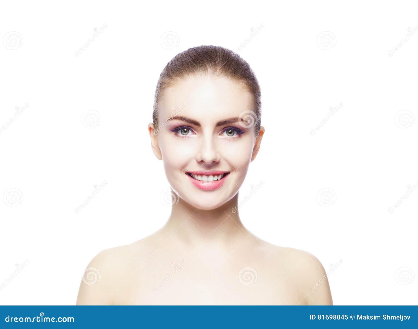 Ritratto di bellezza di una giovane donna su bianco