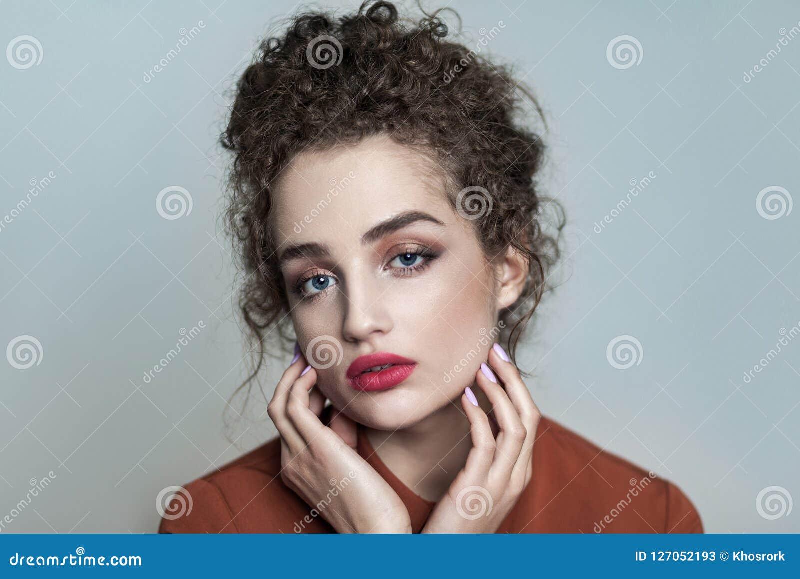 Ritratto di bellezza di giovane bello modello con il cagnaccio scuro raccolto