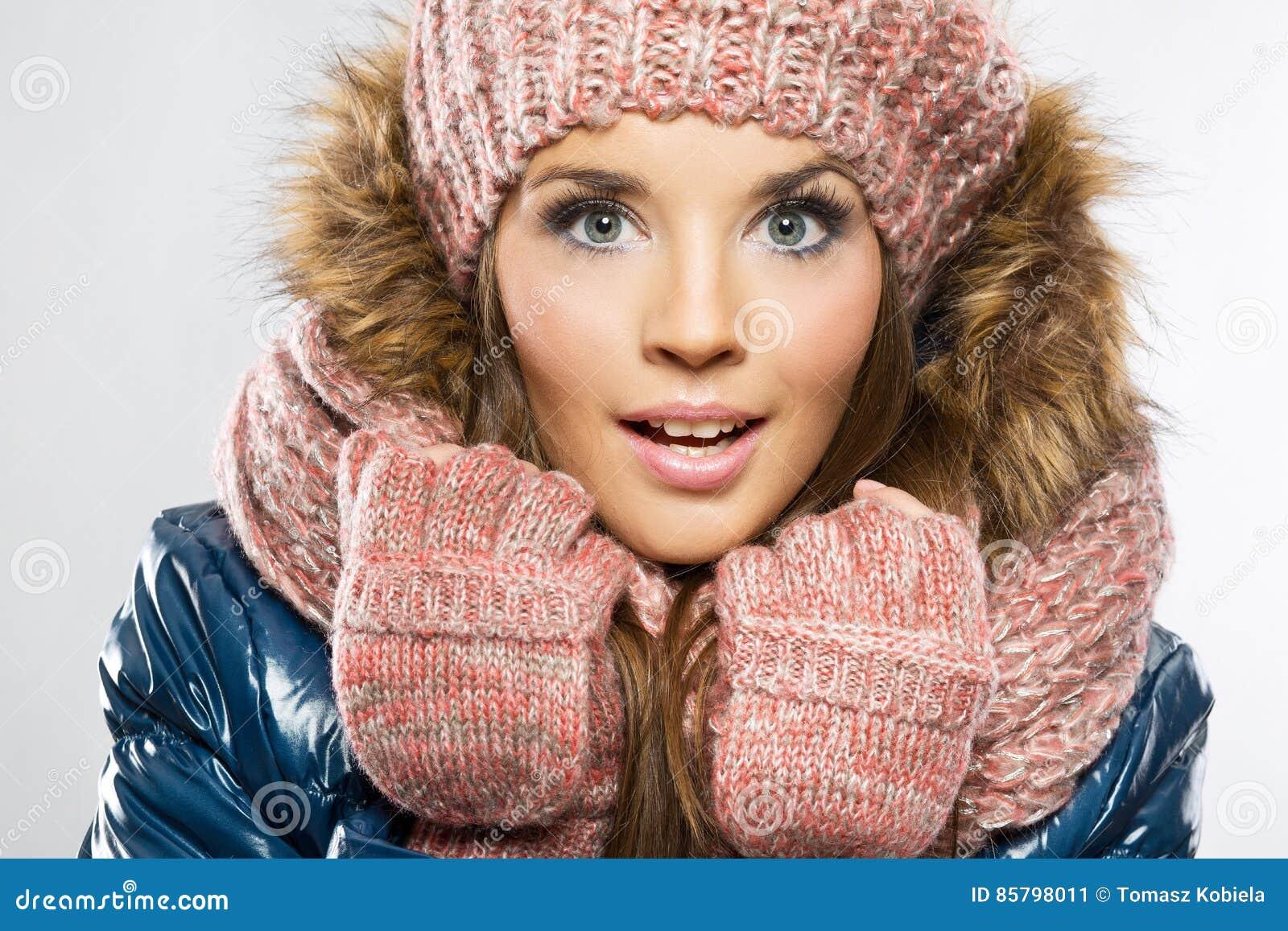 Ritratto di bello giovane glo d uso sorridente attraente della donna