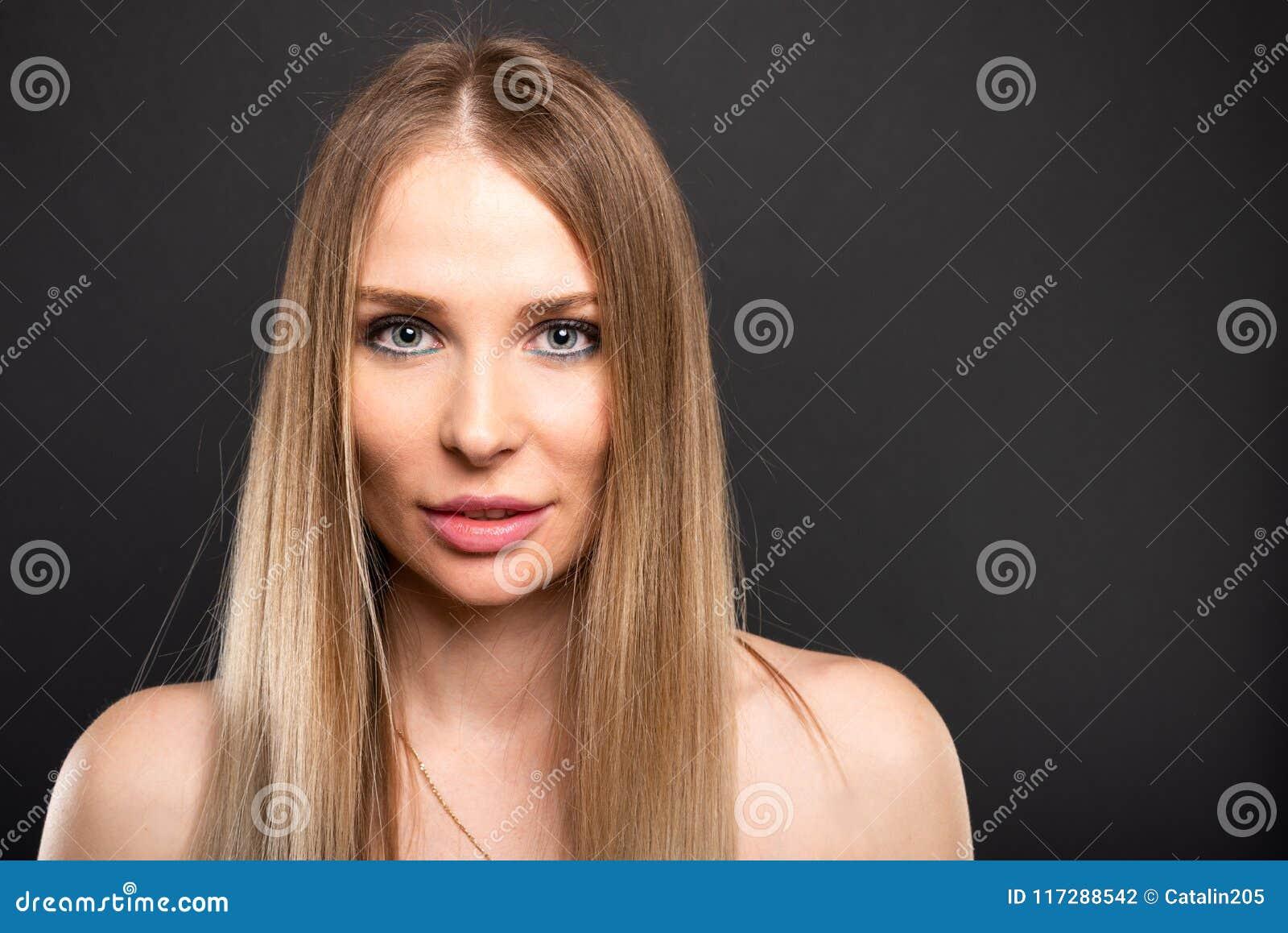 Ritratto di bello modello femminile che posa sguardo sexy
