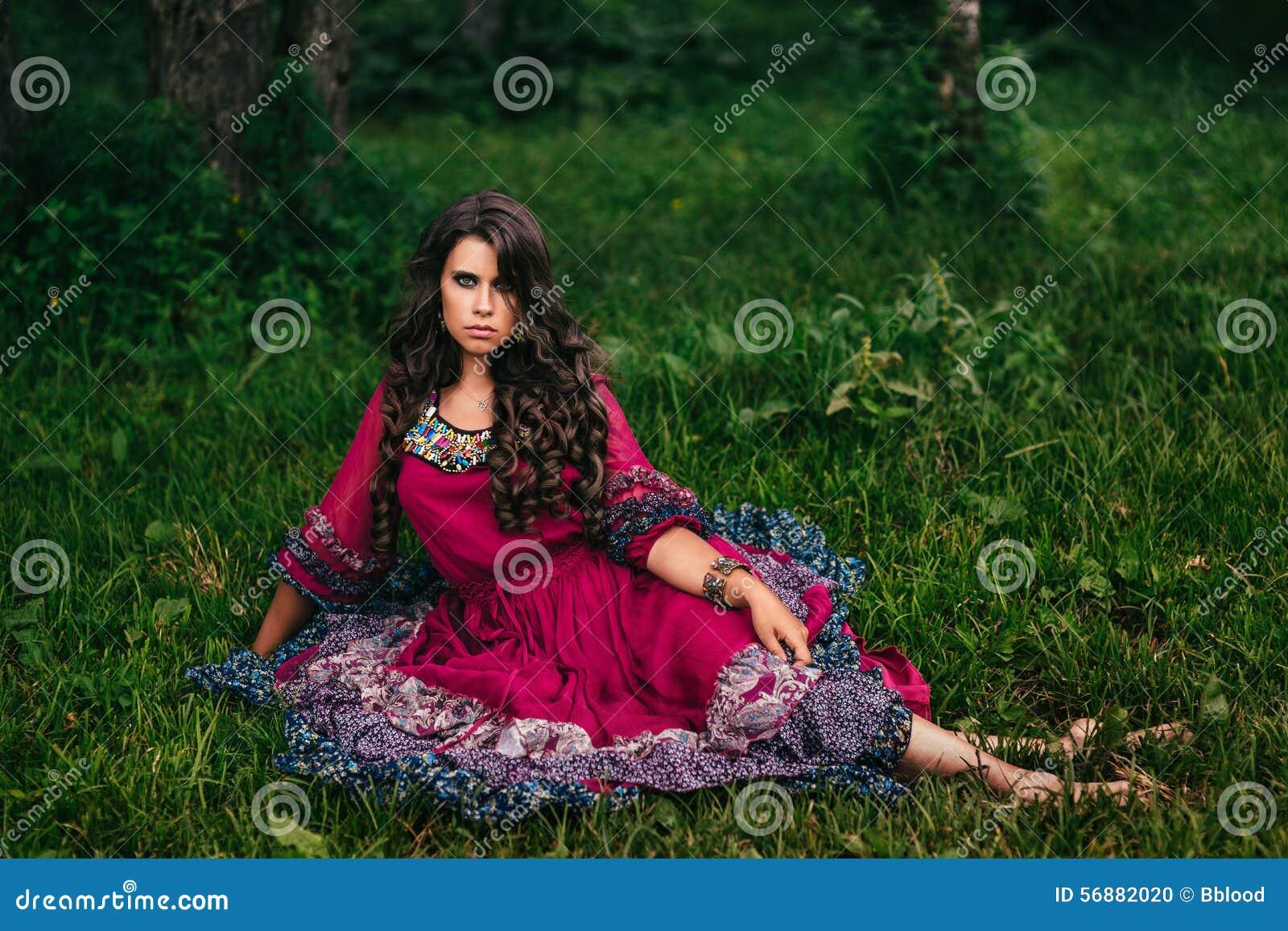 Ritratto di bello zingaro della ragazza