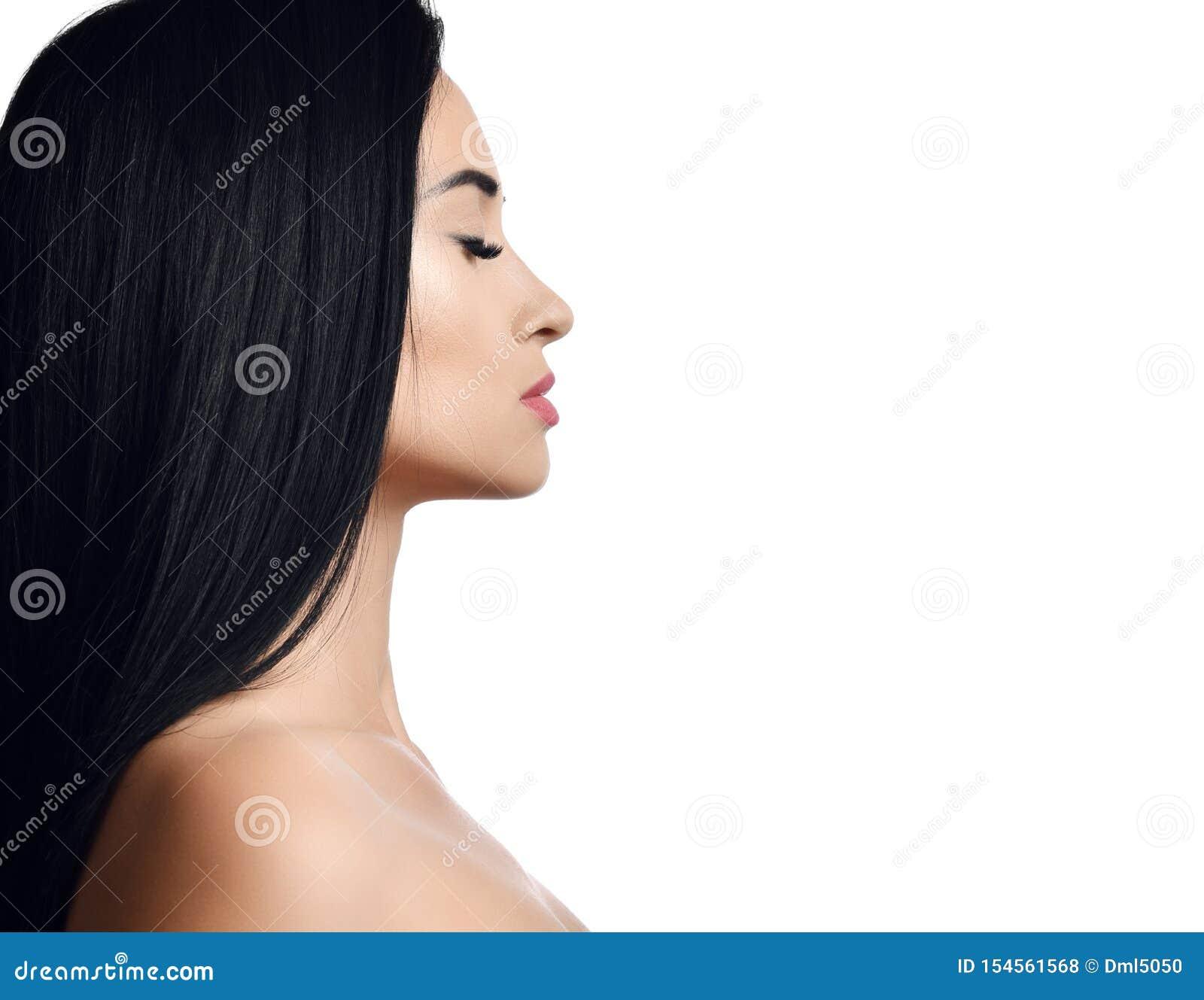 Ritratto di concetto della pubblicità della donna con gli occhi chiusi castana con capelli diritti lunghi con le spalle nude