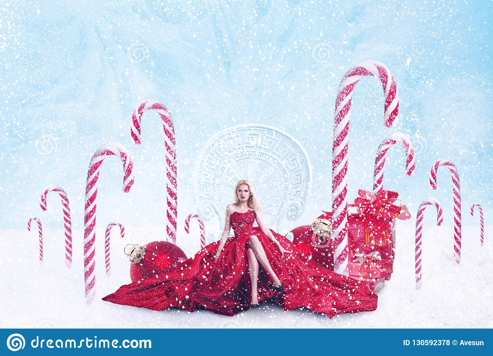 Ritratto di fantasia di Natale della giovane donna con i contenitori di regalo