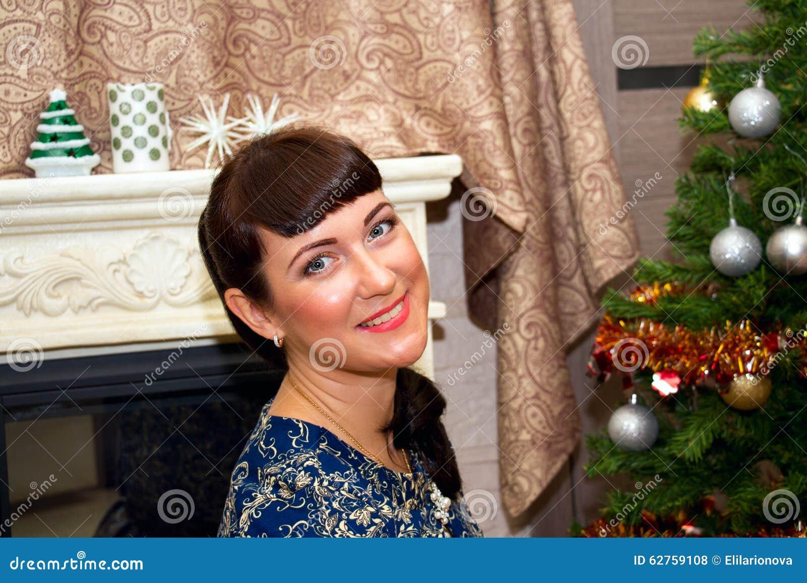 Ritratto di giovane bella donna sorridente
