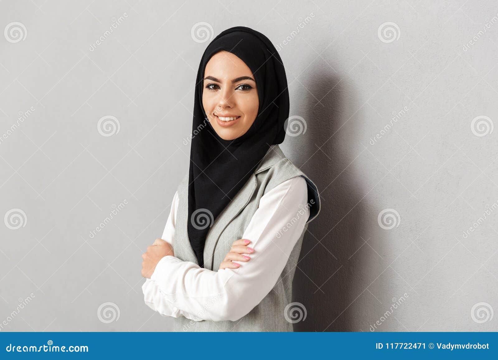 Ritratto di giovane donna araba sorridente