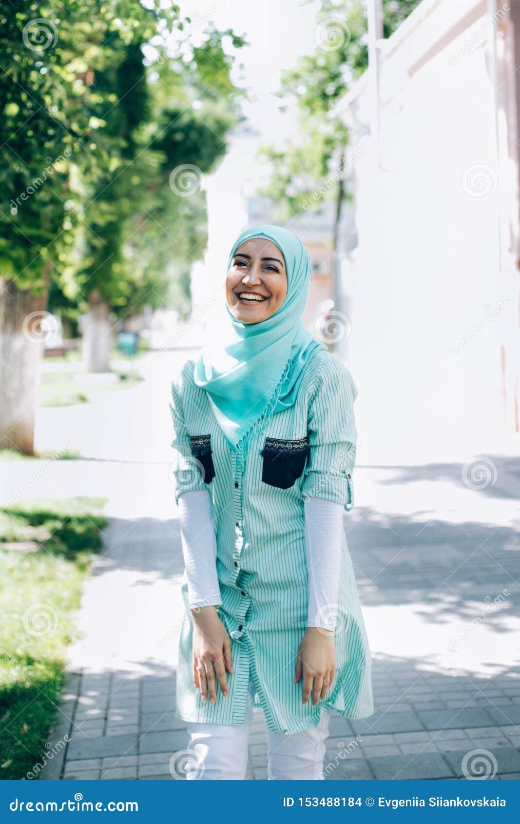 Ritratto di giovane donna musulmana graziosa su una via