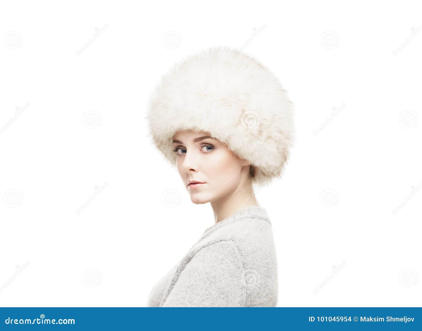 Ritratto di un giovane e donna molto bella in un cappello di inverno isolato  su bianco 072f494792f2