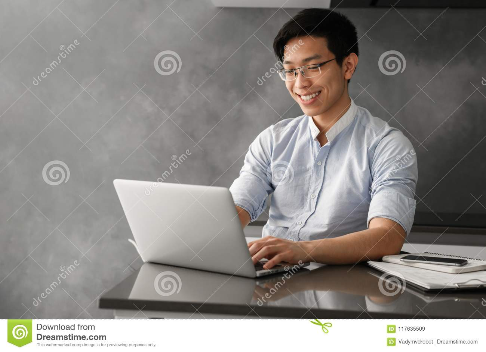 Ritratto di giovane funzionamento asiatico sorridente dell uomo