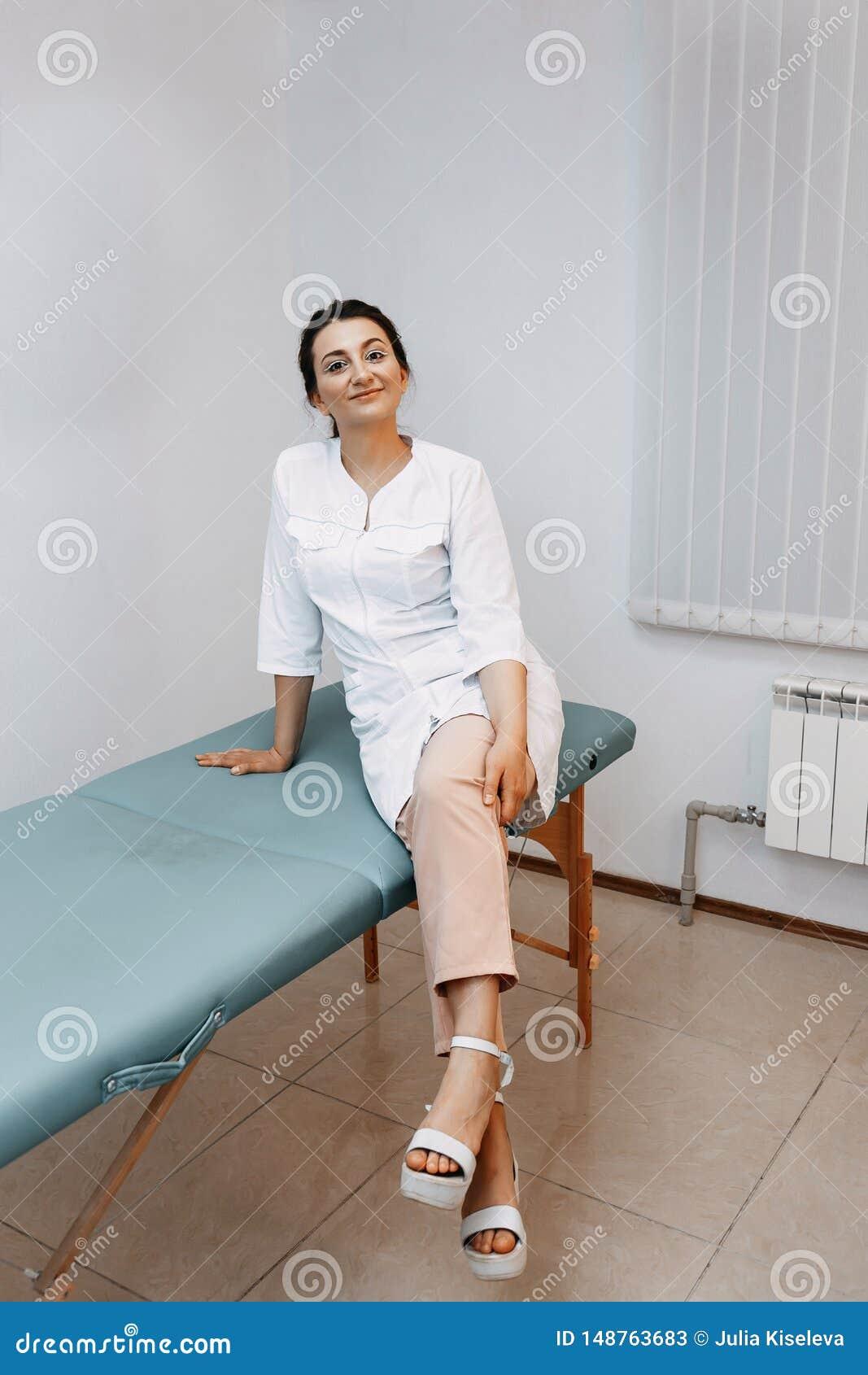 Ritratto di giovane medico femminile attraente