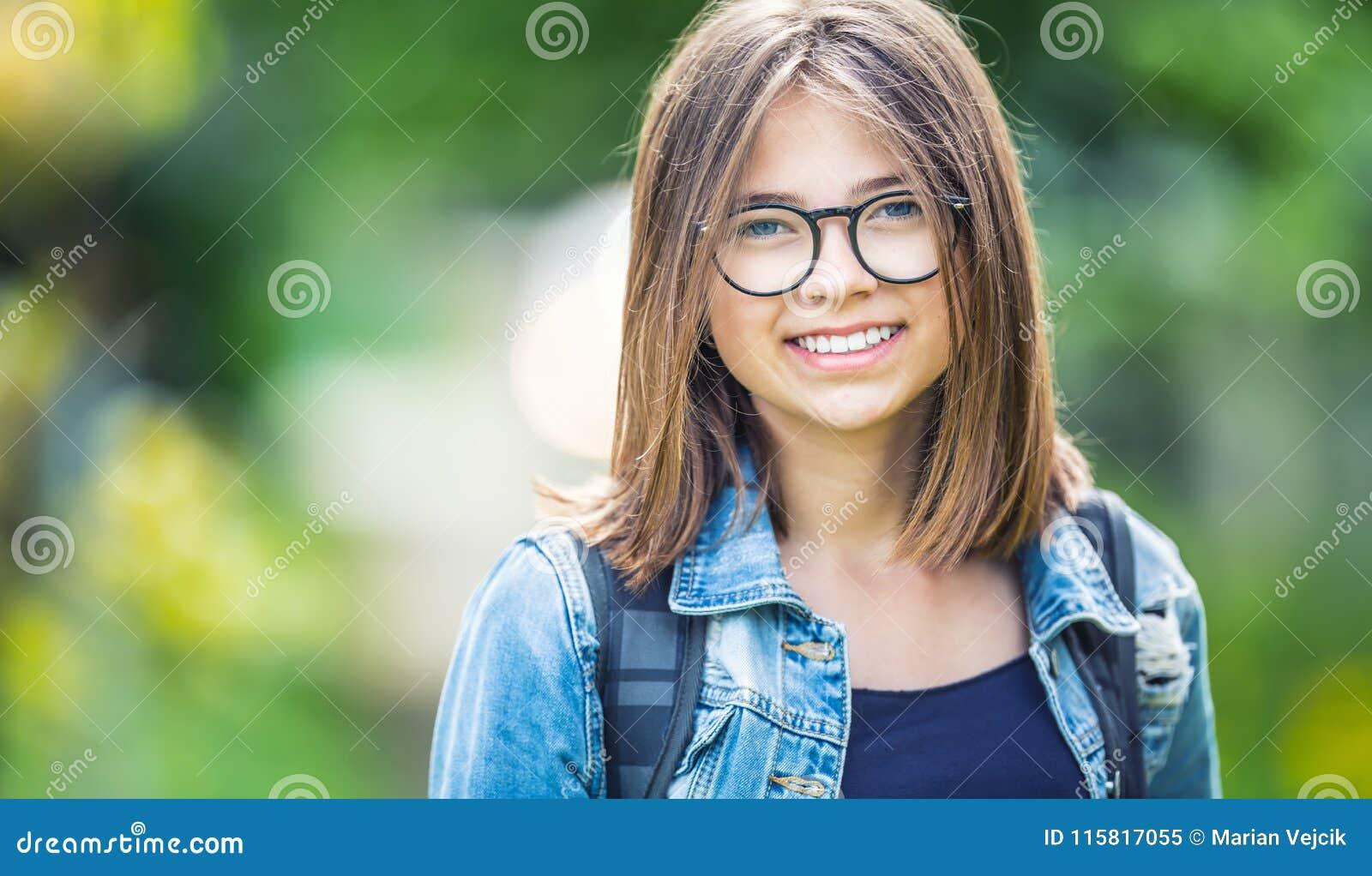 Ritratto di giovane ragazza adolescente attraente della scuola con lo zaino 9071a7b06224