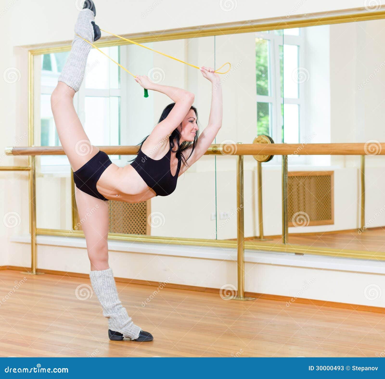 Ragazza sportiva che fa esercizio fisico fotografie stock - Cane allo specchio ...