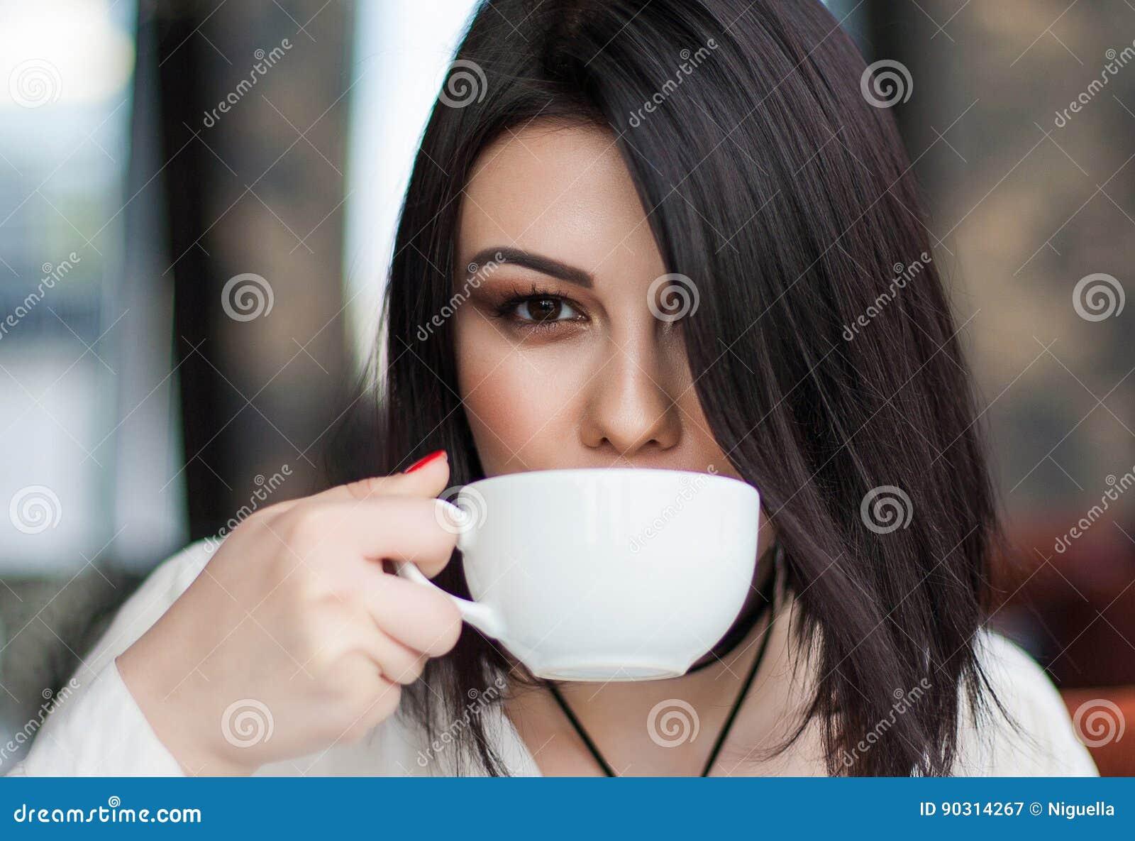 Ritratto di giovane singolo femminile castana attraente avendo thoug