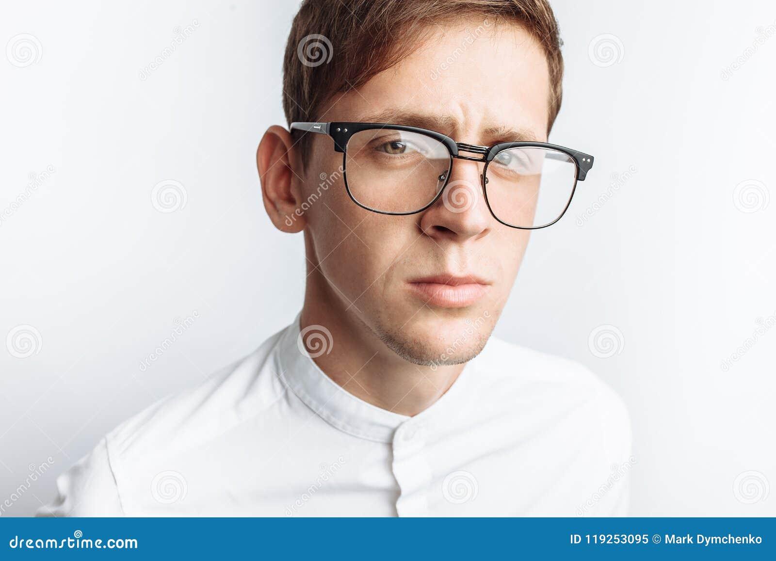 Ritratto di giovane tipo attraente in vetri, in camicia bianca, isolata su fondo bianco, per la pubblicità, inserzione del testo