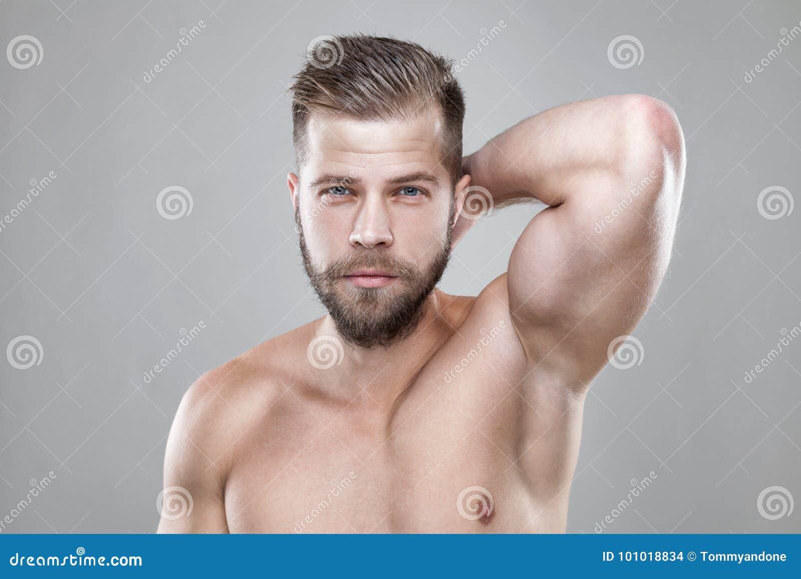 Ritratto Di Giovane Uomo Barbuto Con Un Nuovo Taglio Dei