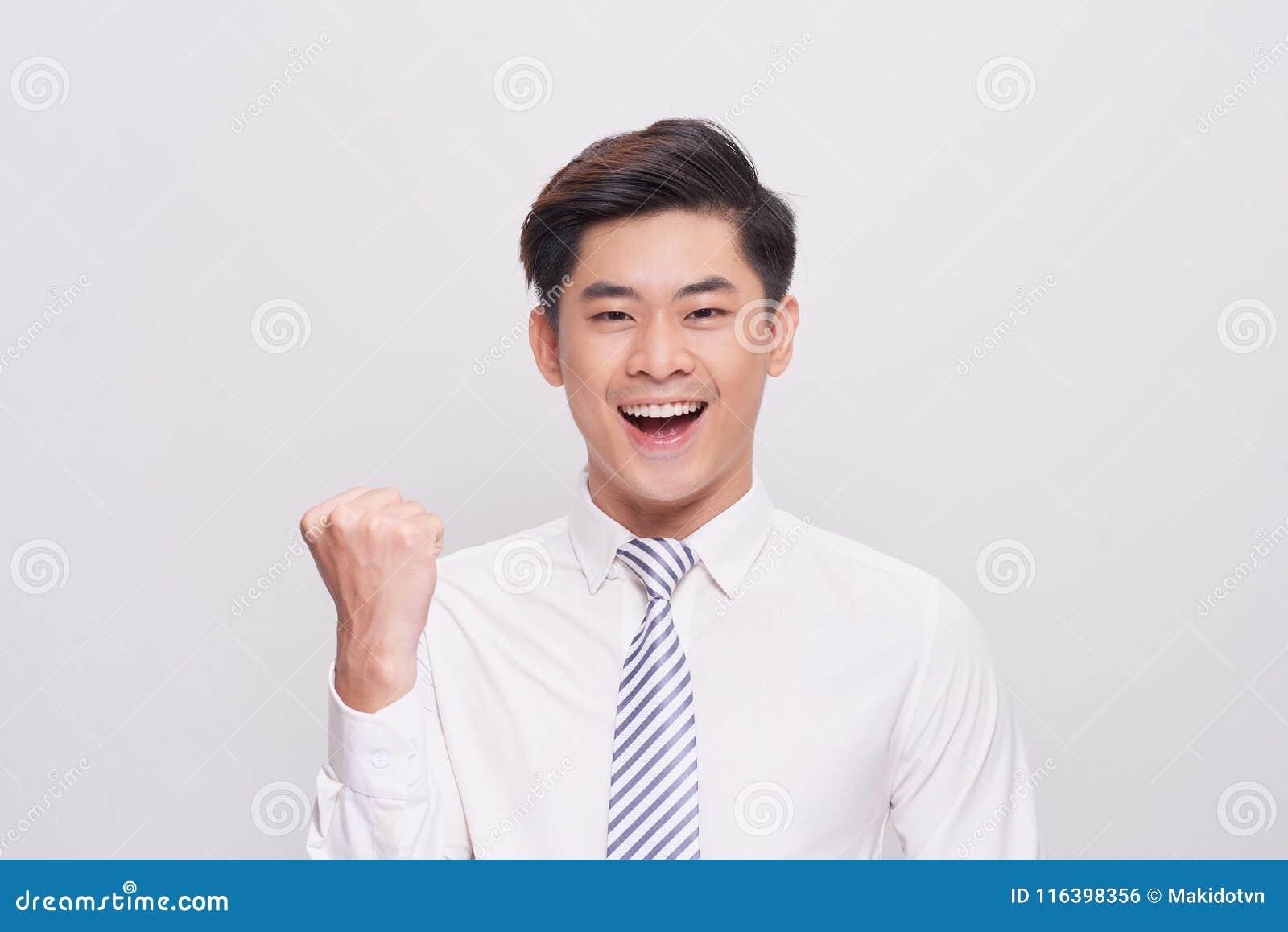 Ritratto di giovane uomo d affari asiatico emozionante felice