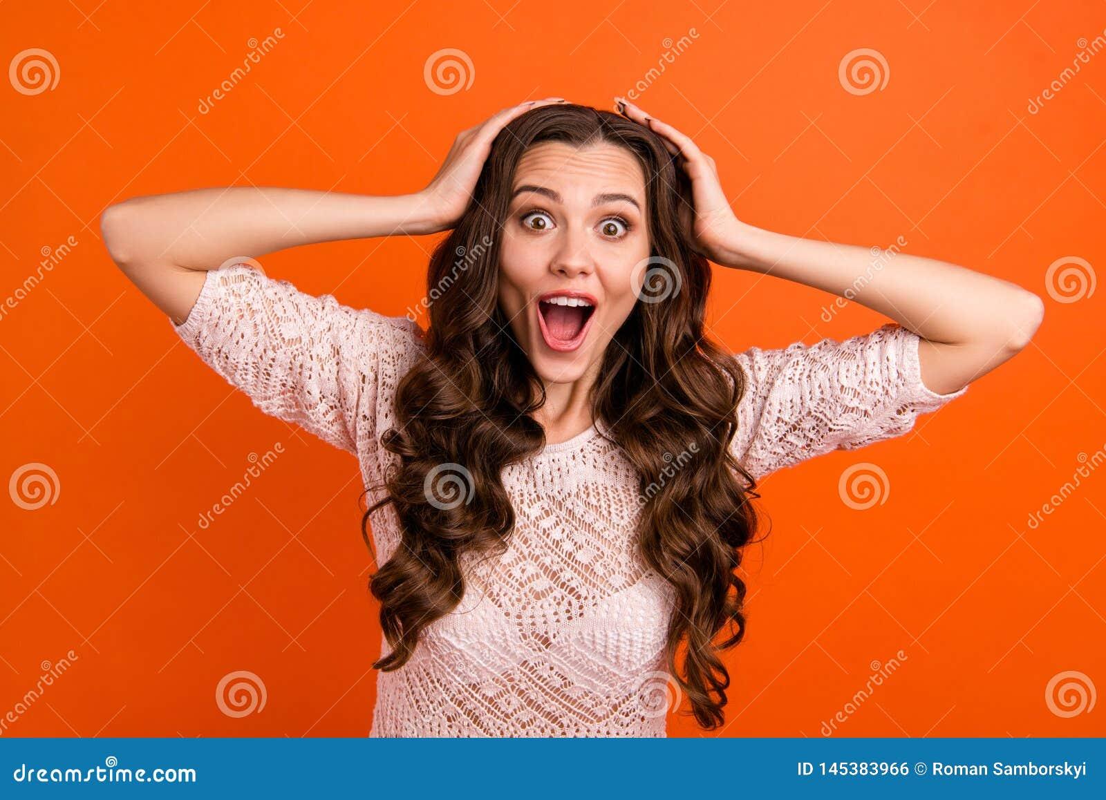Ritratto di lei lei rappresentazione dai capelli ondulati pazza di buon umore allegra graziosa accattivante adorabile attraente d