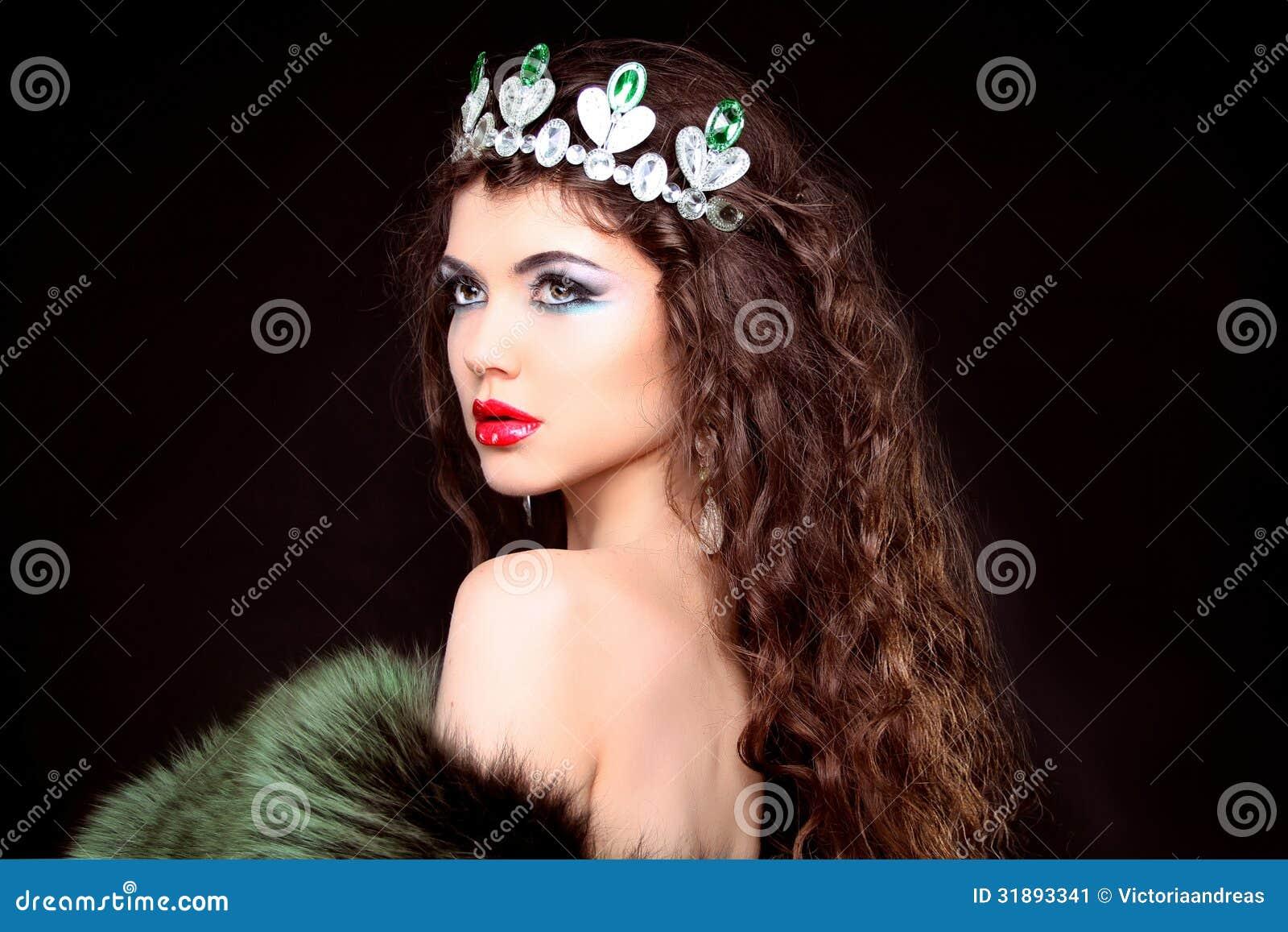 Ritratto di lusso della bella donna con capelli lunghi in pelliccia. Jewe
