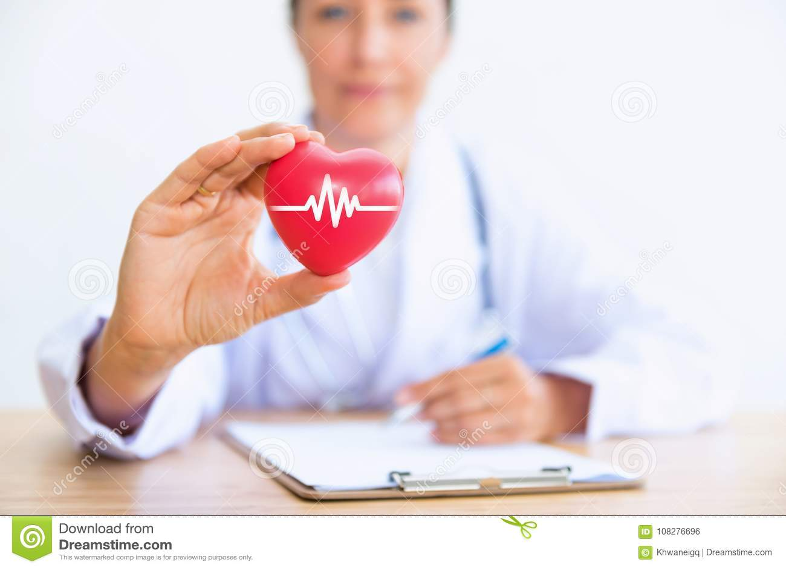 Ritratto di medico della donna con la tenuta del cuore rosso, raggiro di sanità