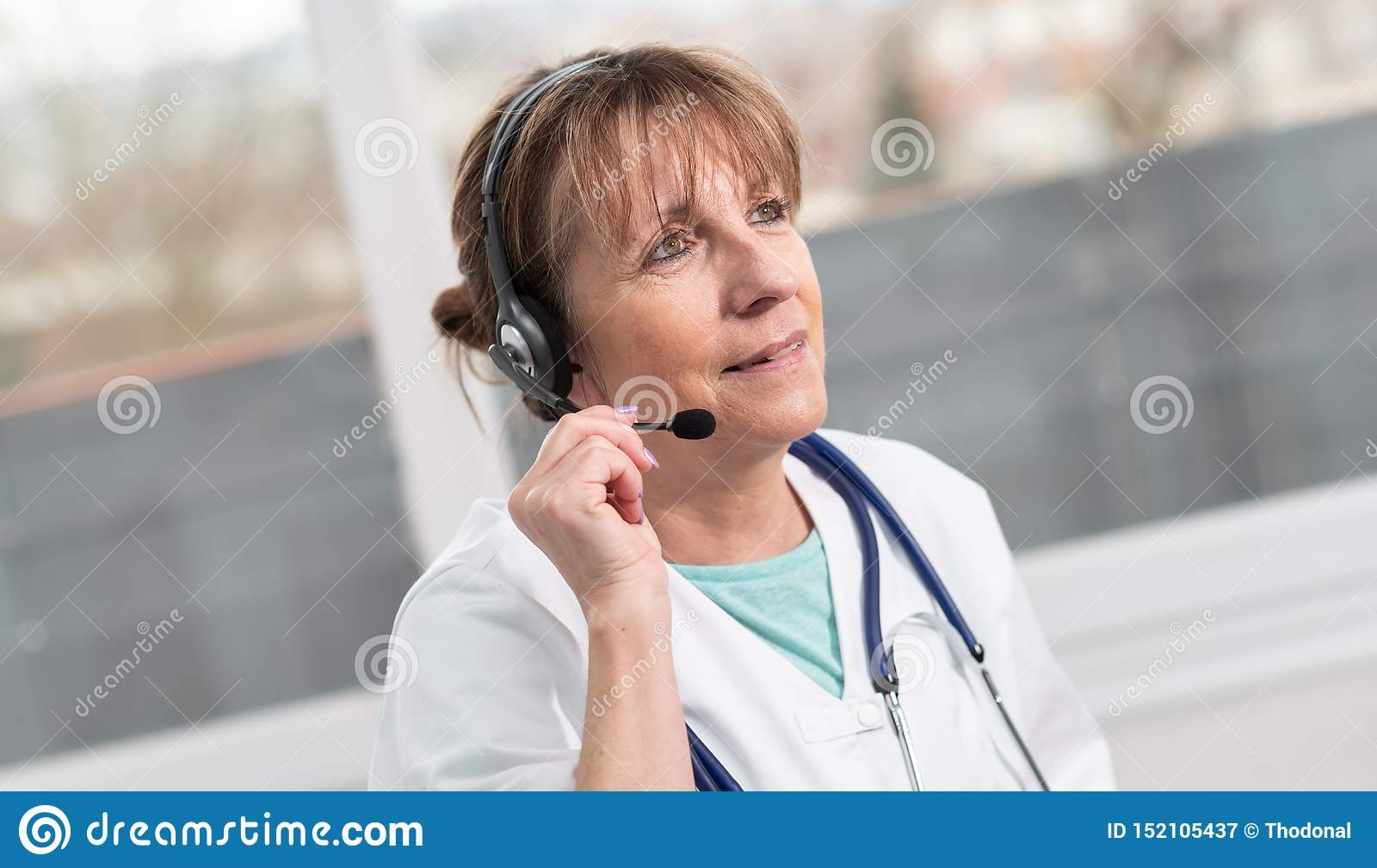 Ritratto di medico femminile durante la visita medica online