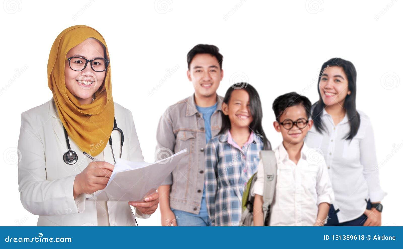 Ritratto di medico musulmano asiatico femminile sorridente felice di fiducia con la giovane famiglia, la sanità ed il concetto me