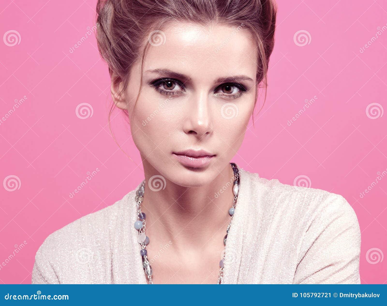 Ritratto di modo del primo piano di bella giovane donna in una blusa leggera