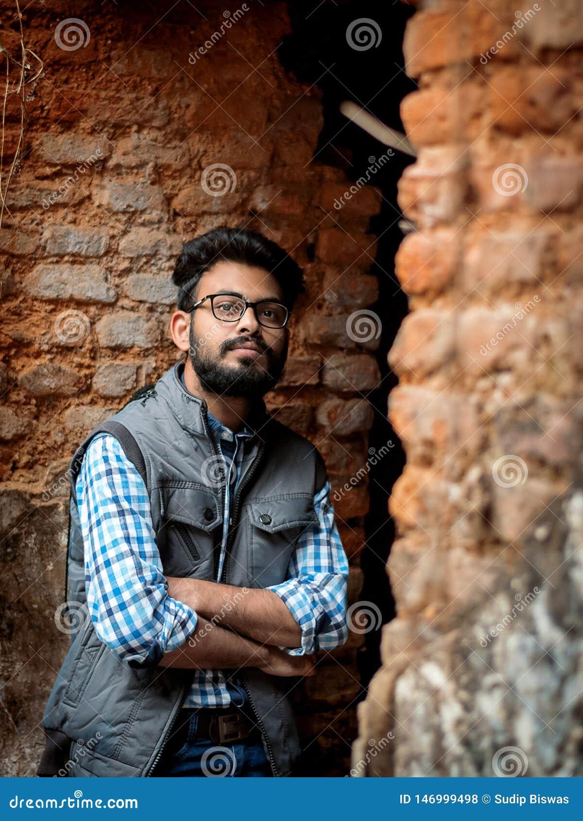 Ritratto di modo del tipo barbuto sulla parte anteriore di vecchio buildingTAKI RAJBARI
