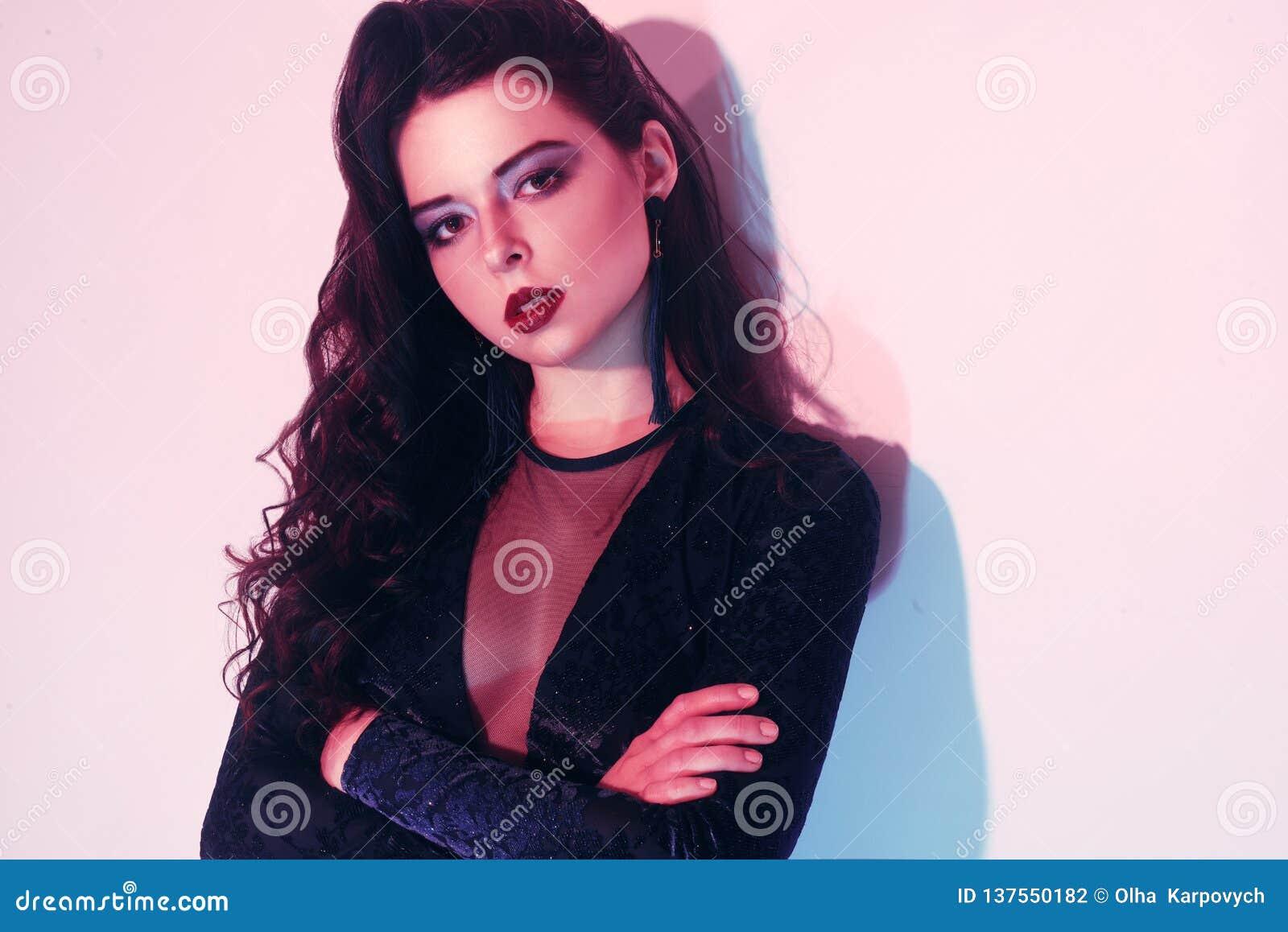 Ritratto di modo di giovane ragazza elegante Fondo colorato, colpo dello studio Bella donna del Brunette ragazza dei pantaloni a