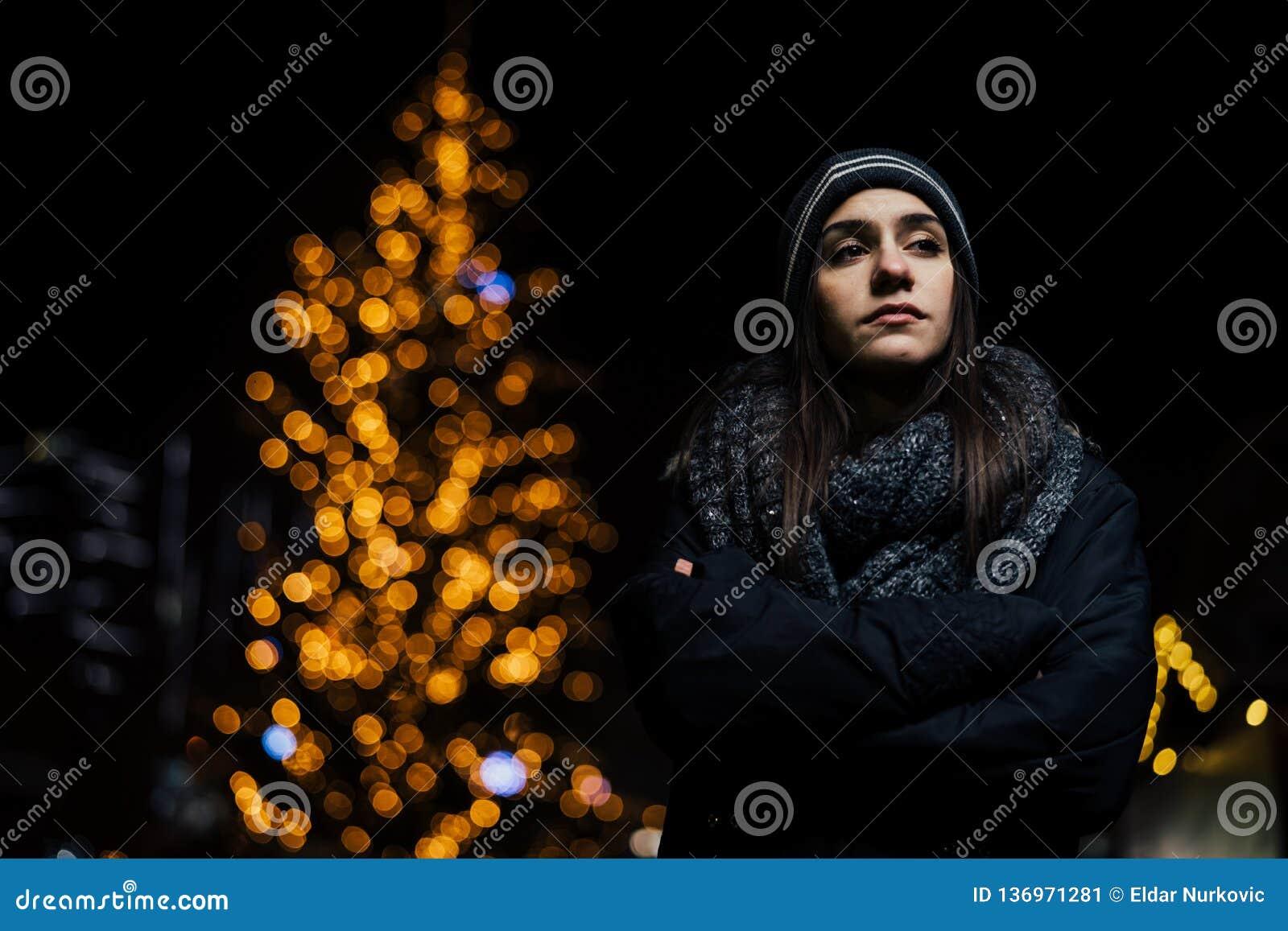 Ritratto di notte di una sensibilità triste della donna sola e depressa nell inverno Depressione di inverno e concetto di solitud
