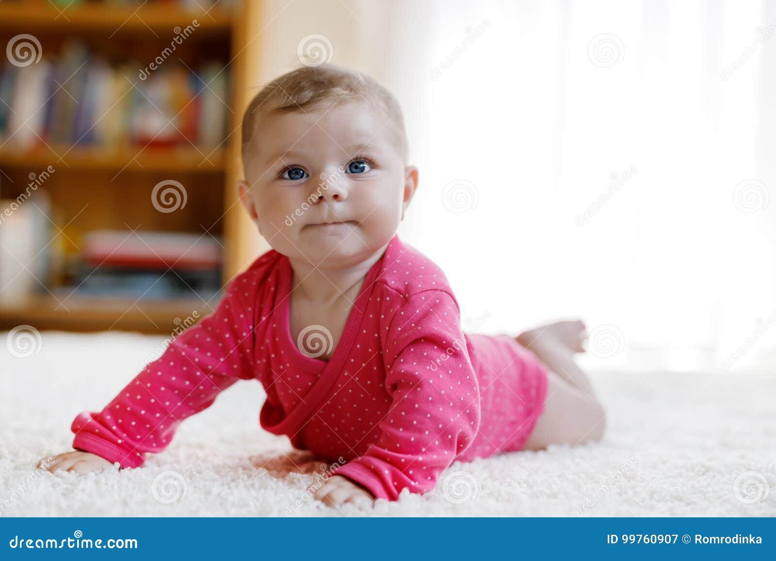 21dc127bc5 Neonata con gli occhi azzurri che si trovano sulla pancia Scuola materna  per i bambini Tessuto e lettiera per i bambini Ragazza neonata sveglia  felice ...