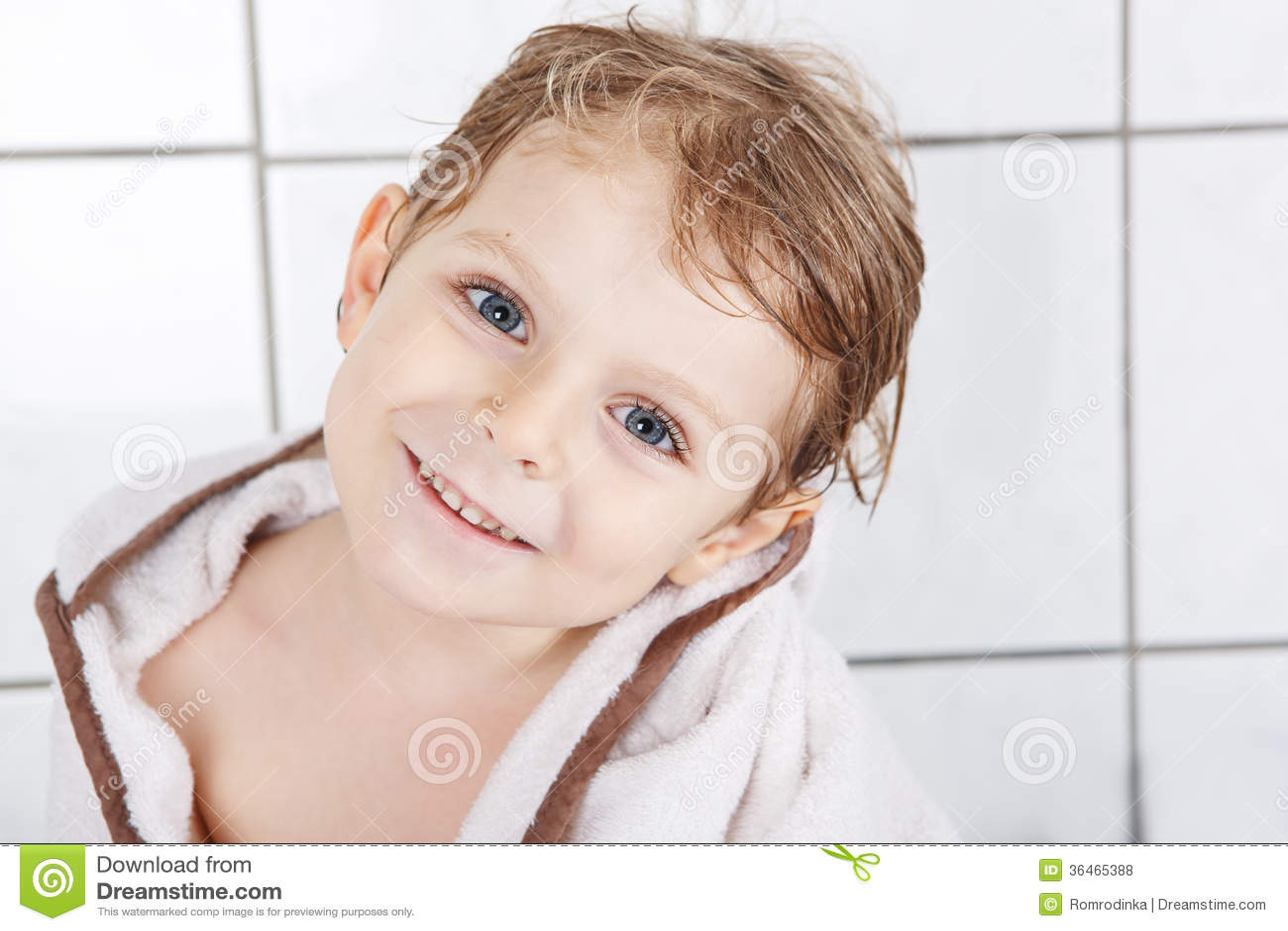 Bagno Con Un Ragazzo : Ritratto di piccolo ragazzo adorabile del bambino di due anni con