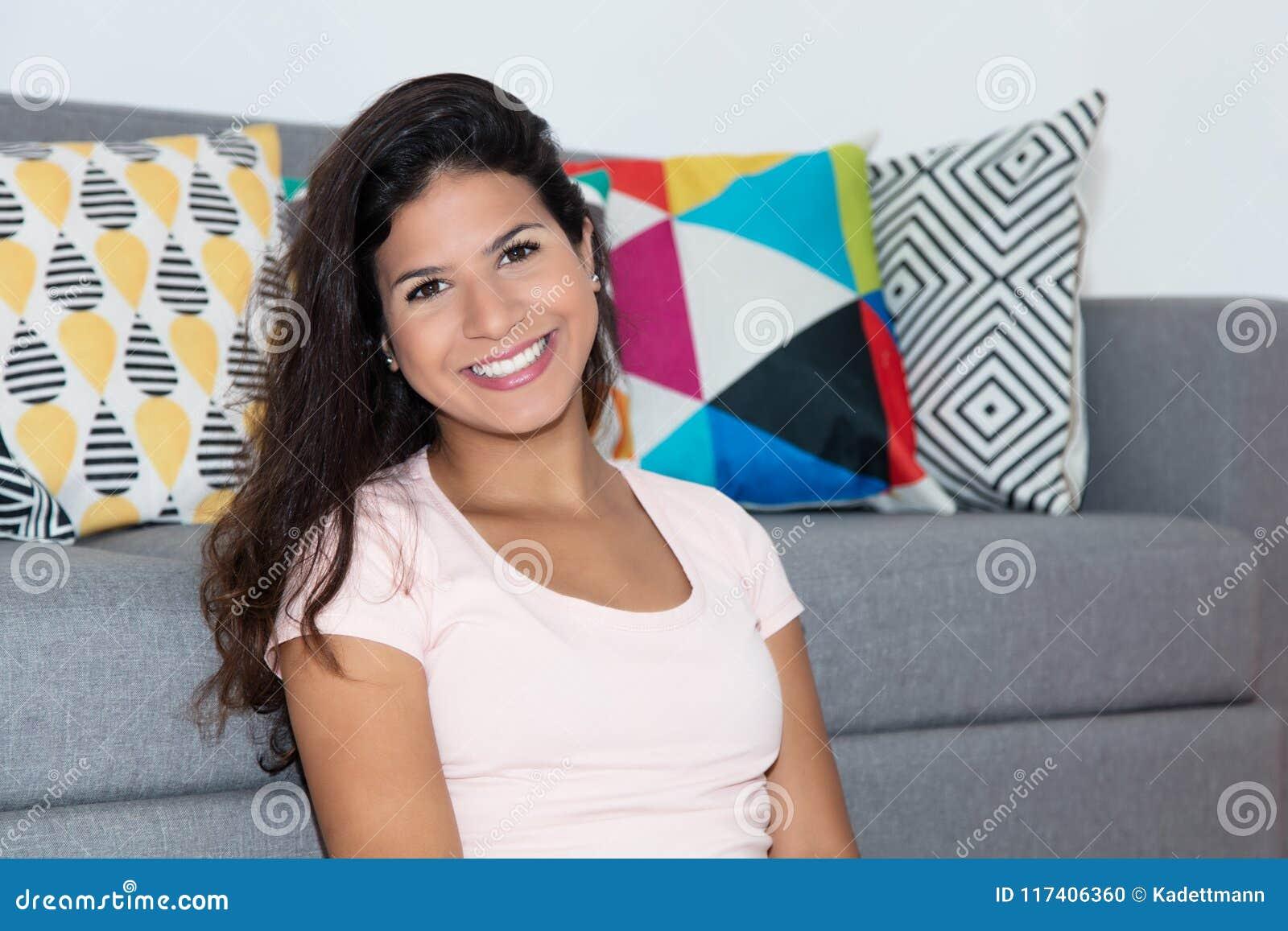 Ritratto di risata della donna caucasica a casa